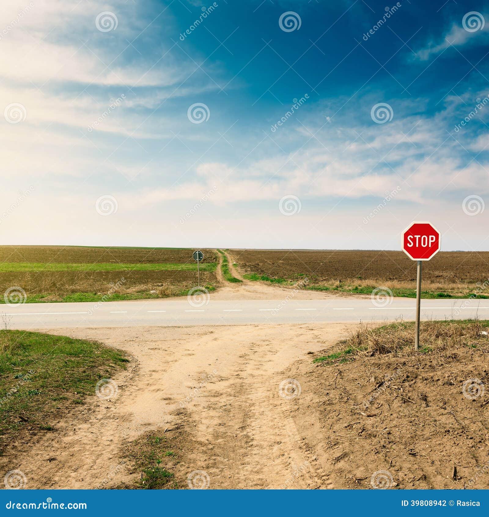 carrefour avec le panneau d 39 avertissement pour la route prioritaire photo stock image 39808942. Black Bedroom Furniture Sets. Home Design Ideas