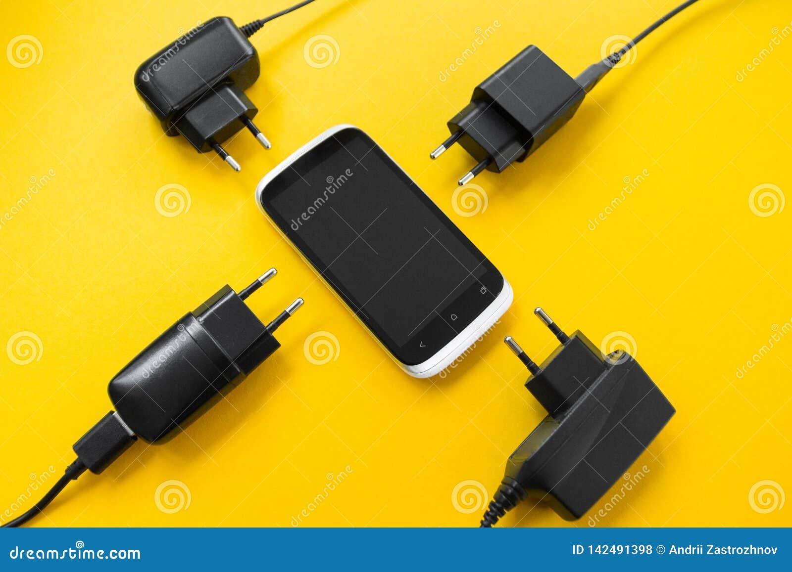 Carregamento sem fio para o smartphone em um fundo amarelo, conceito