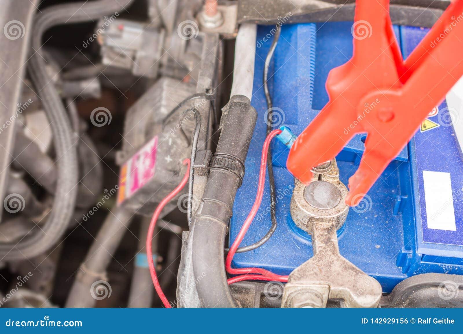 Carregando uma bateria de carro com o cabo de carregamento