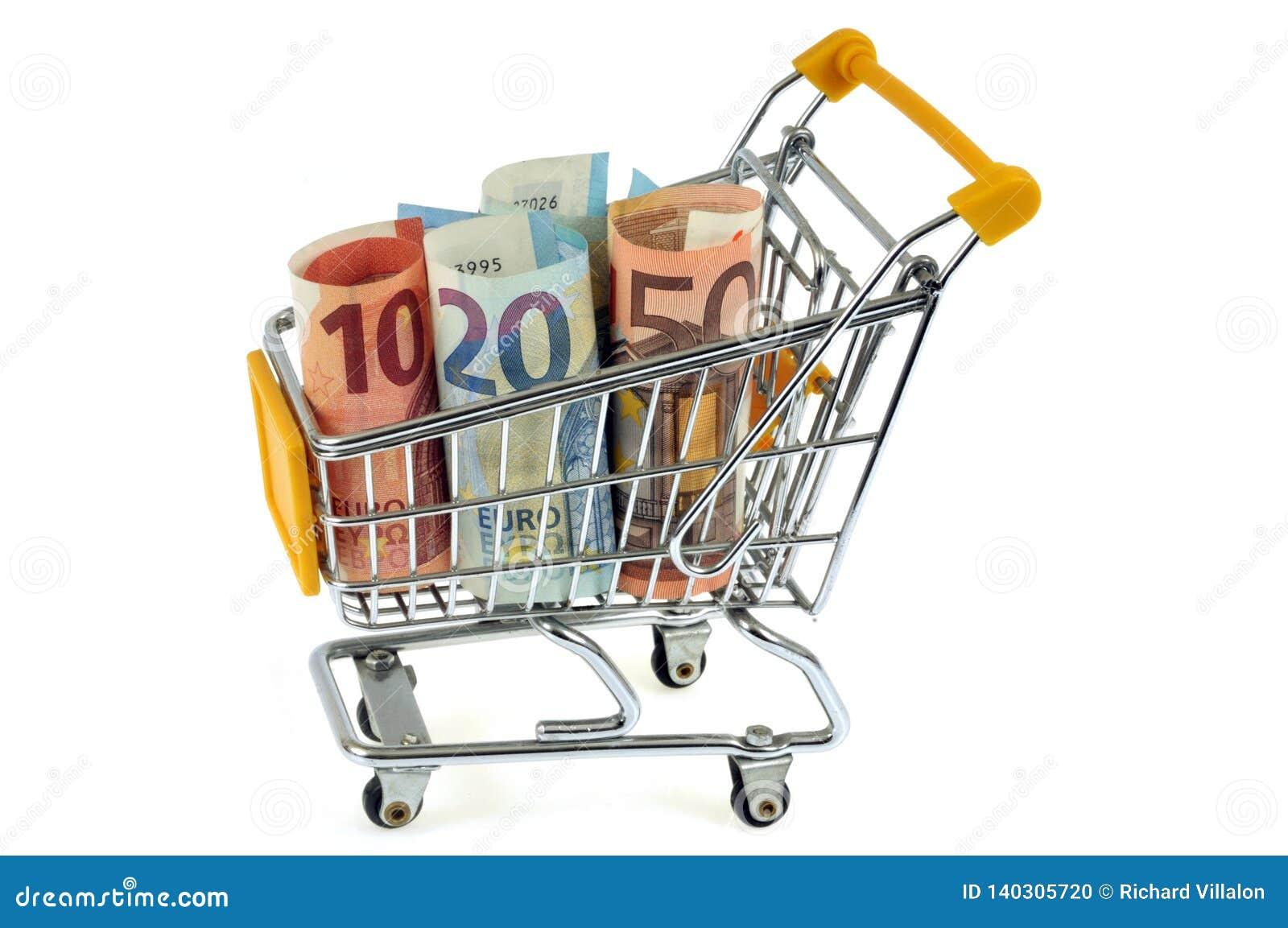 Carrello del supermercato riempito di euro banconote