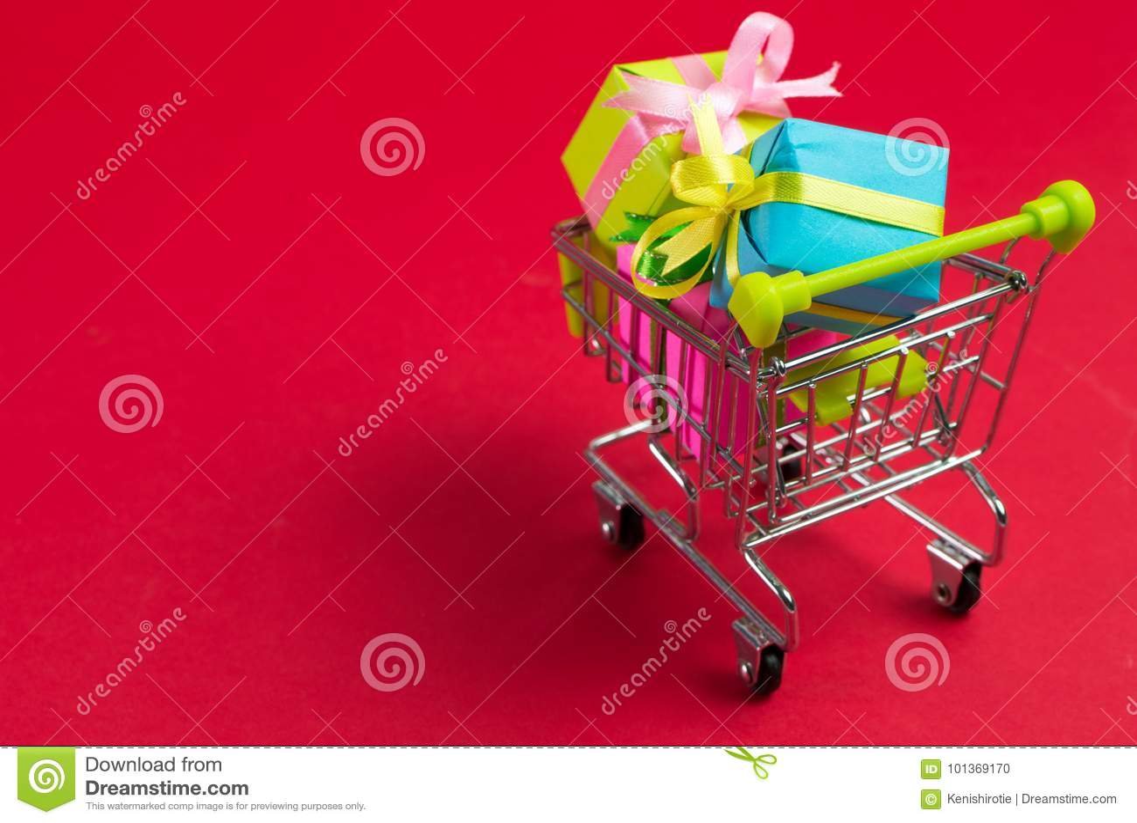 Carrello di acquisto con i regali