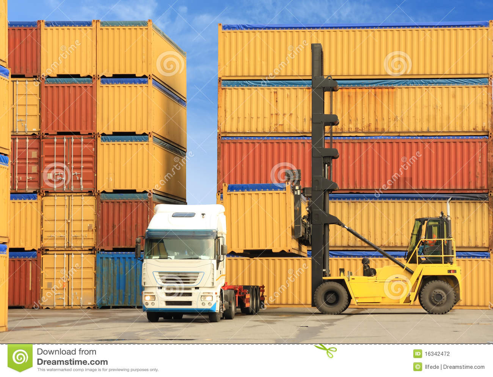 Carrello Elevatore E Camion Con I Container Fotografia ...