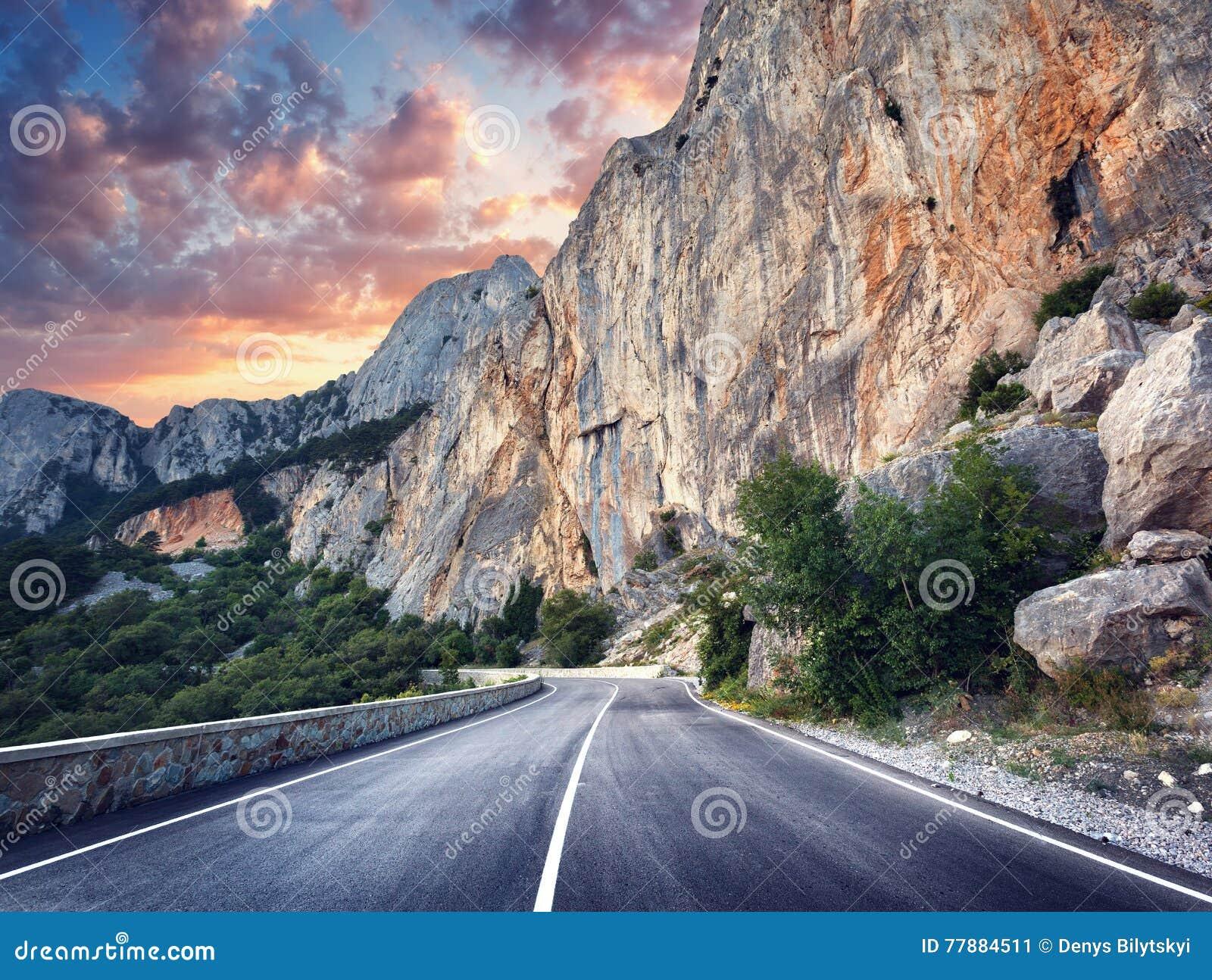 Carretera De Asfalto Paisaje Colorido Con El Camino Hermoso De La Montaña Foto de archivo