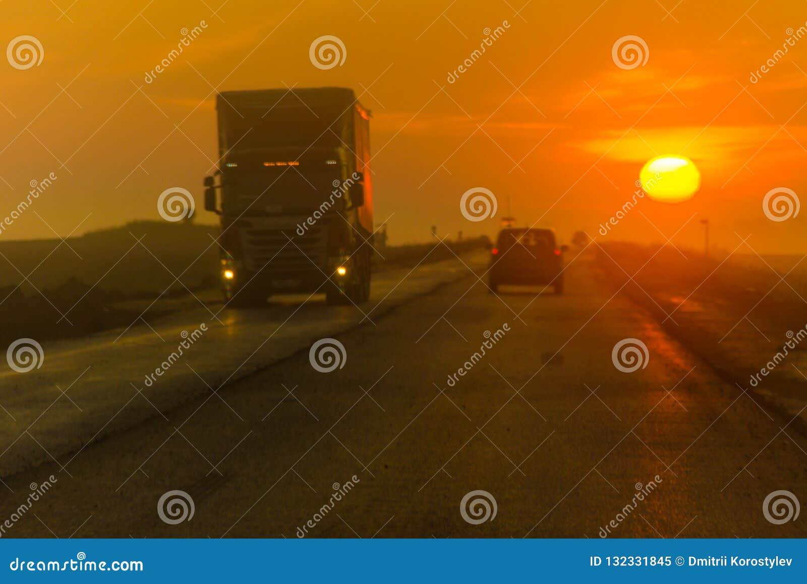 Carretera de la mañana, tráfico, servicios de trueque de larga distancia, tráfico inminente, transporte interurbano
