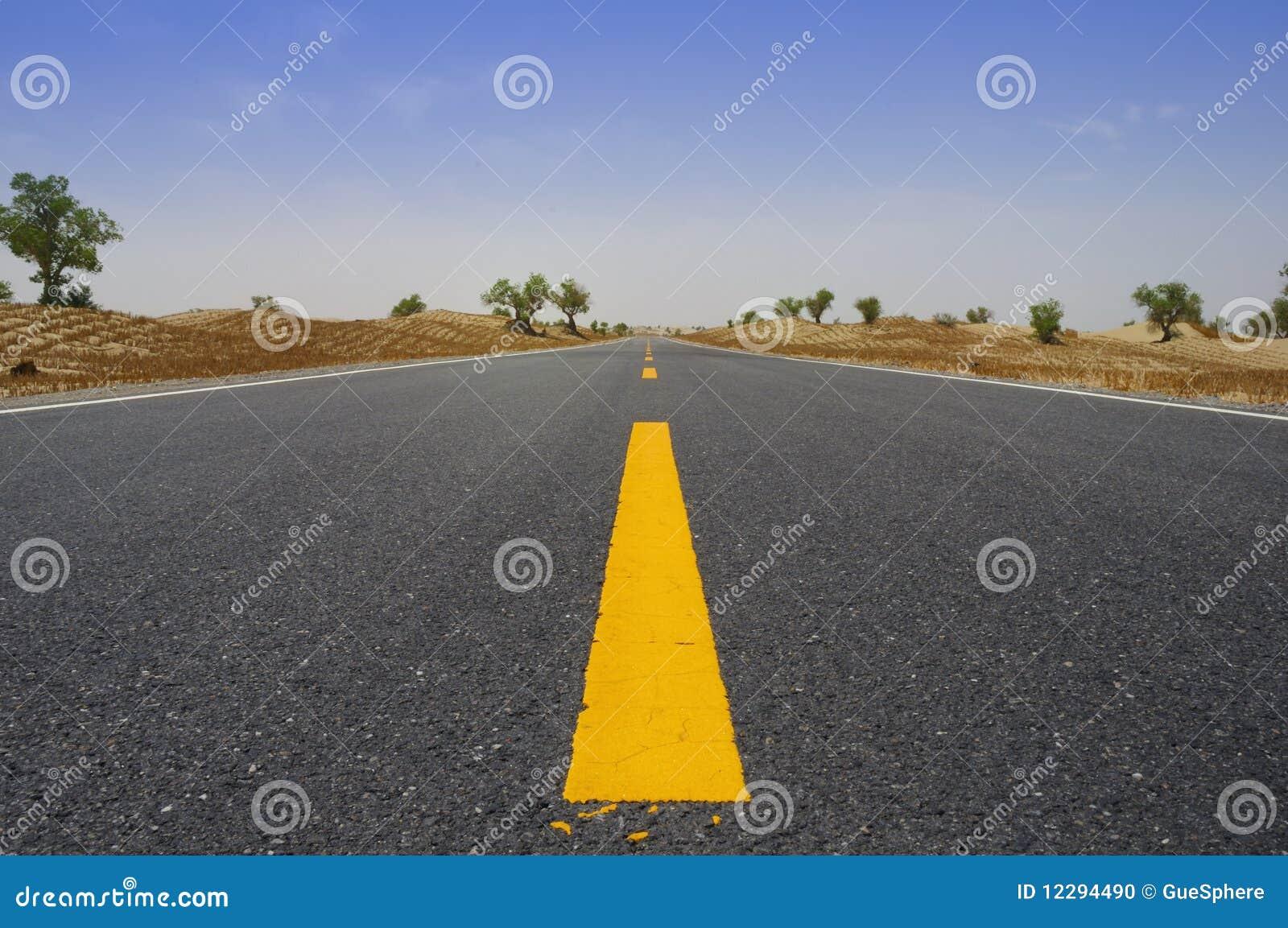 Carretera del desierto a través del desierto de Taklamakan, China