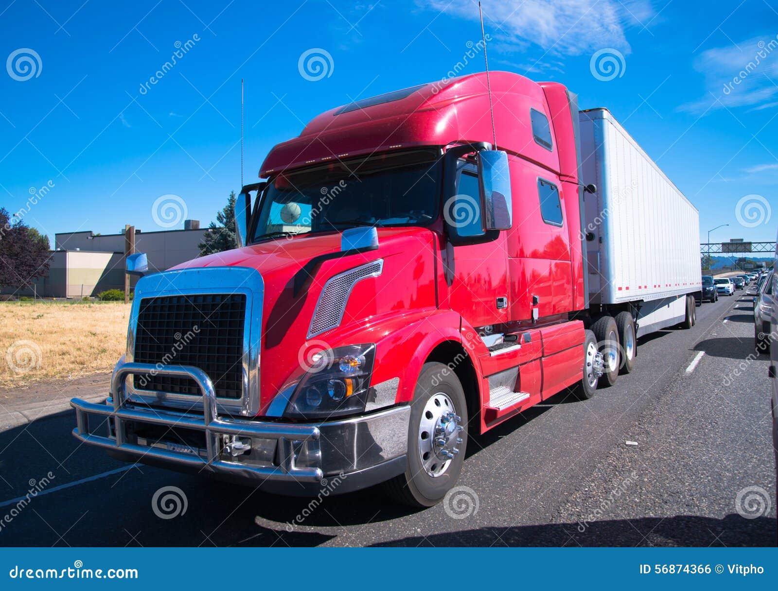 Carretera nacional moderna del remolque del fency del aparejo del camión grande rojo semi