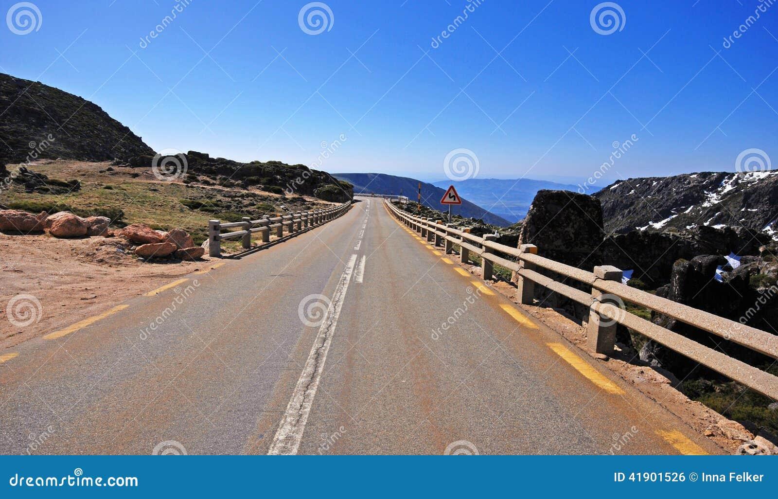Carretera vacía en las montañas, Portugal