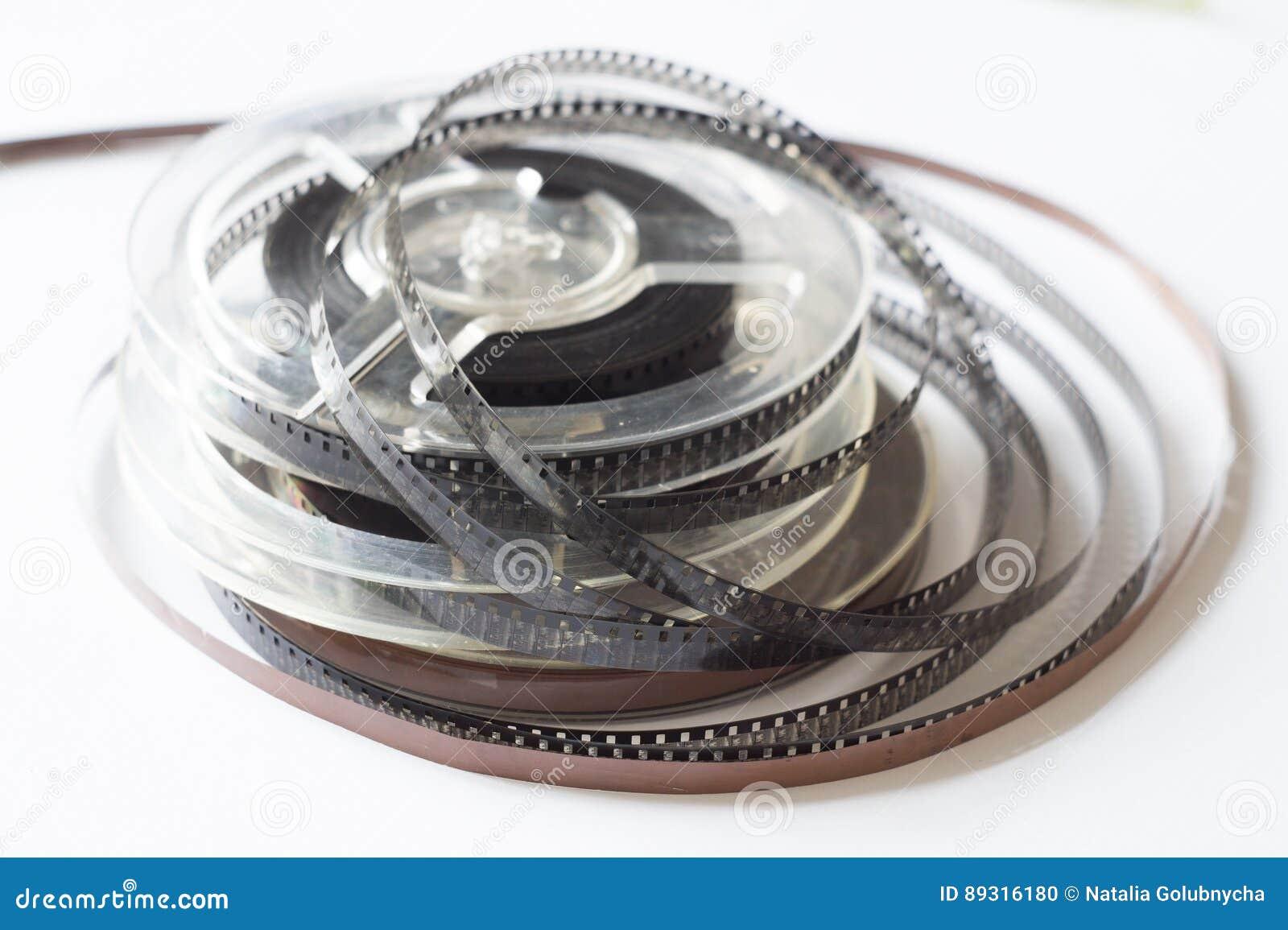Carretes viejos con la película blanco y negro y la cinta magnética