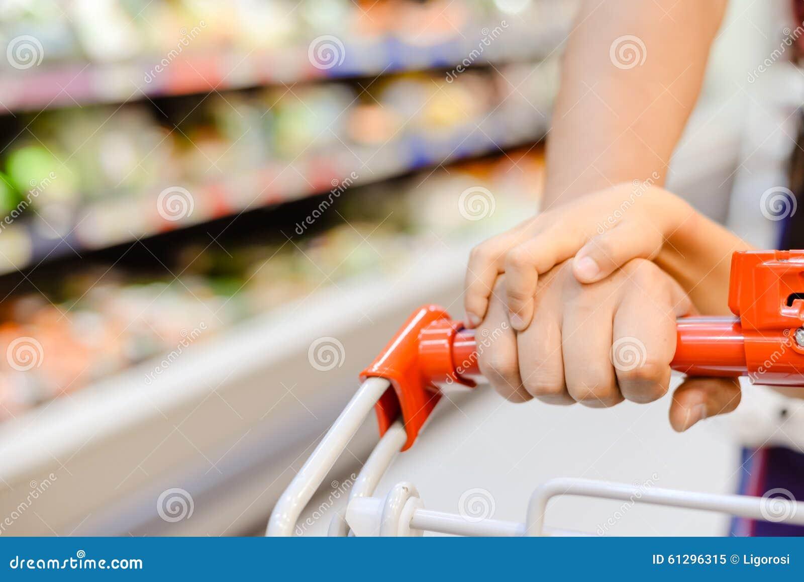 Carretilla de mano que tira por las manos de la mujer y for Carretilla de mano segunda mano