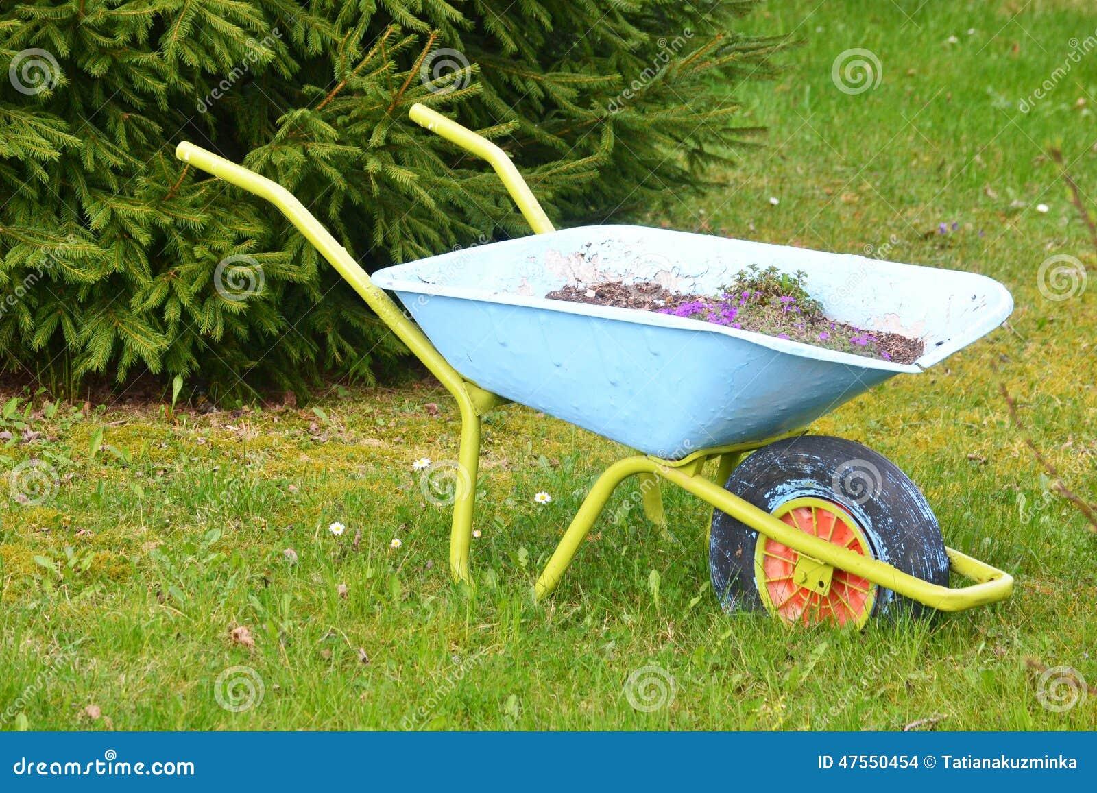 Carretilla en jard n foto de archivo imagen 47550454 for Carretillas para jardin