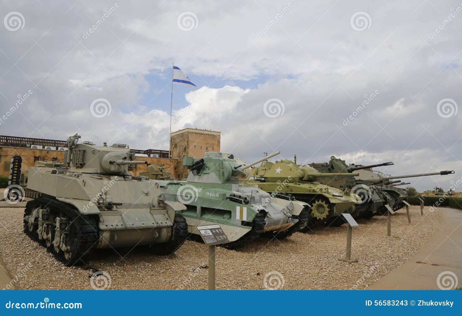 Carri armati leggeri con un carro armato leggero fatto in America M5A1 Stuart nella parte anteriore su esposizione
