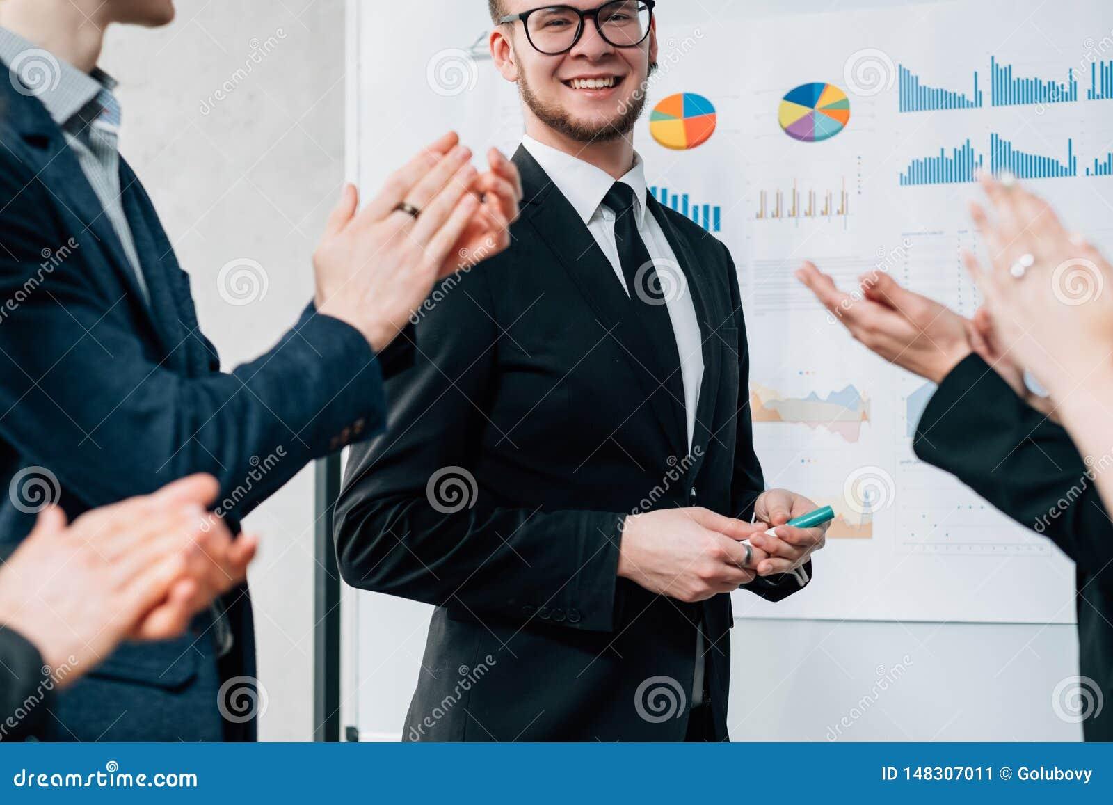 Carriera del consulente in materia di affari riuscita che applaude