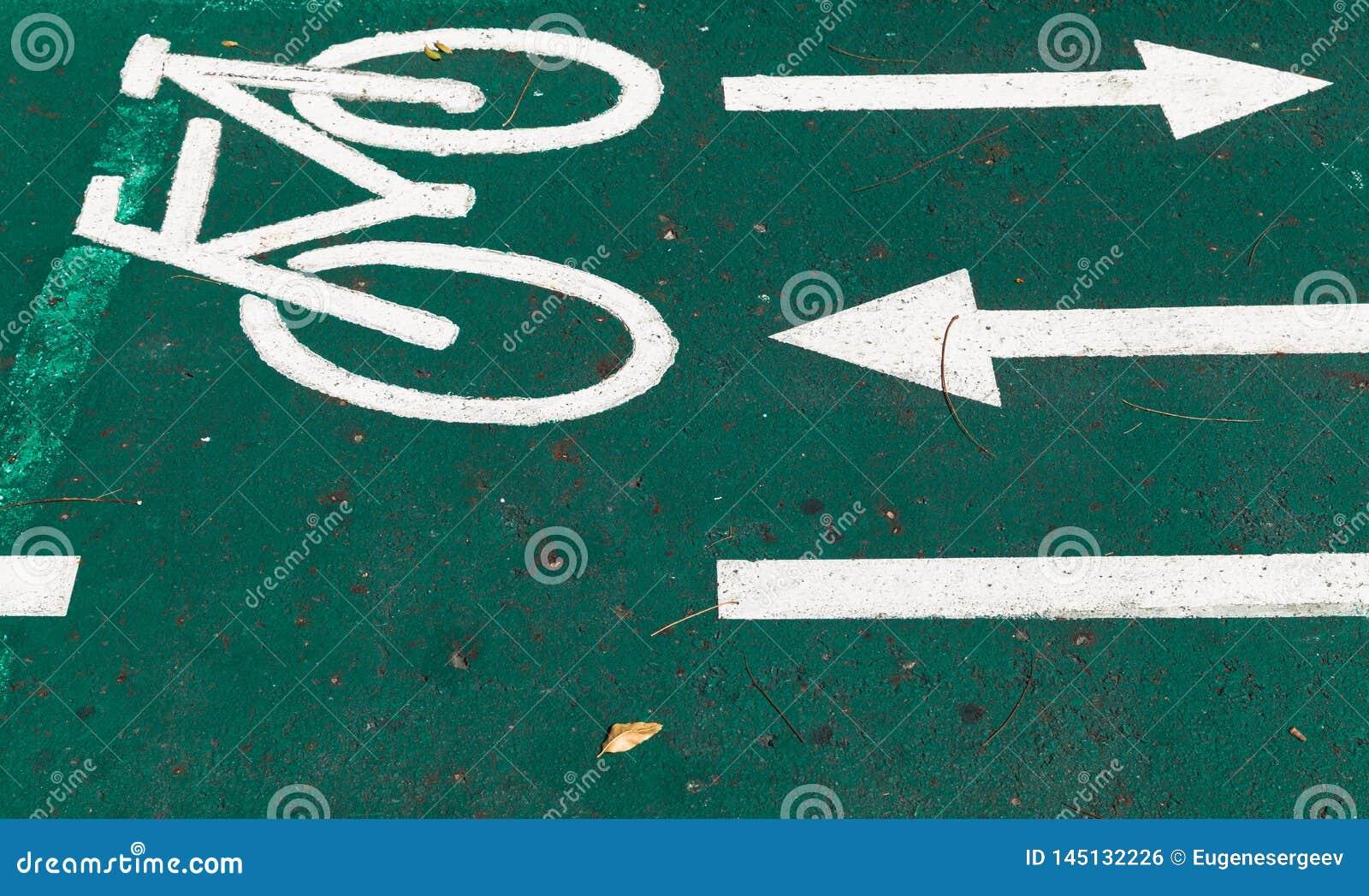 Carril de bicicleta, marca de camino con las flechas