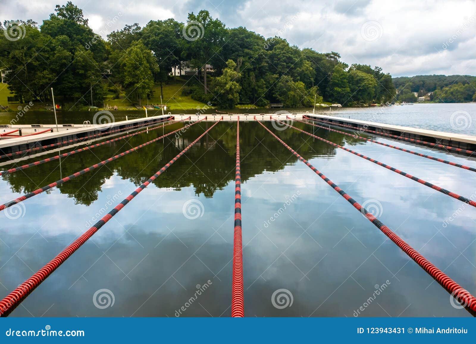 Carriles de natación en un lago
