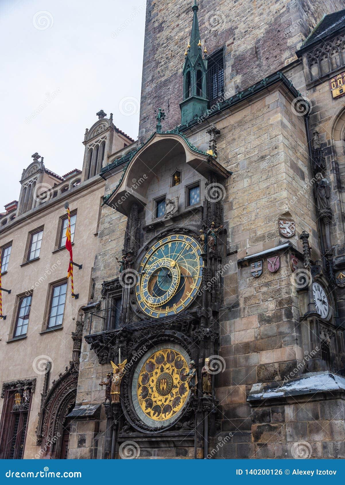 Carrilhões astronômicos famosos do pulso de disparo em Praga na praça da cidade velha