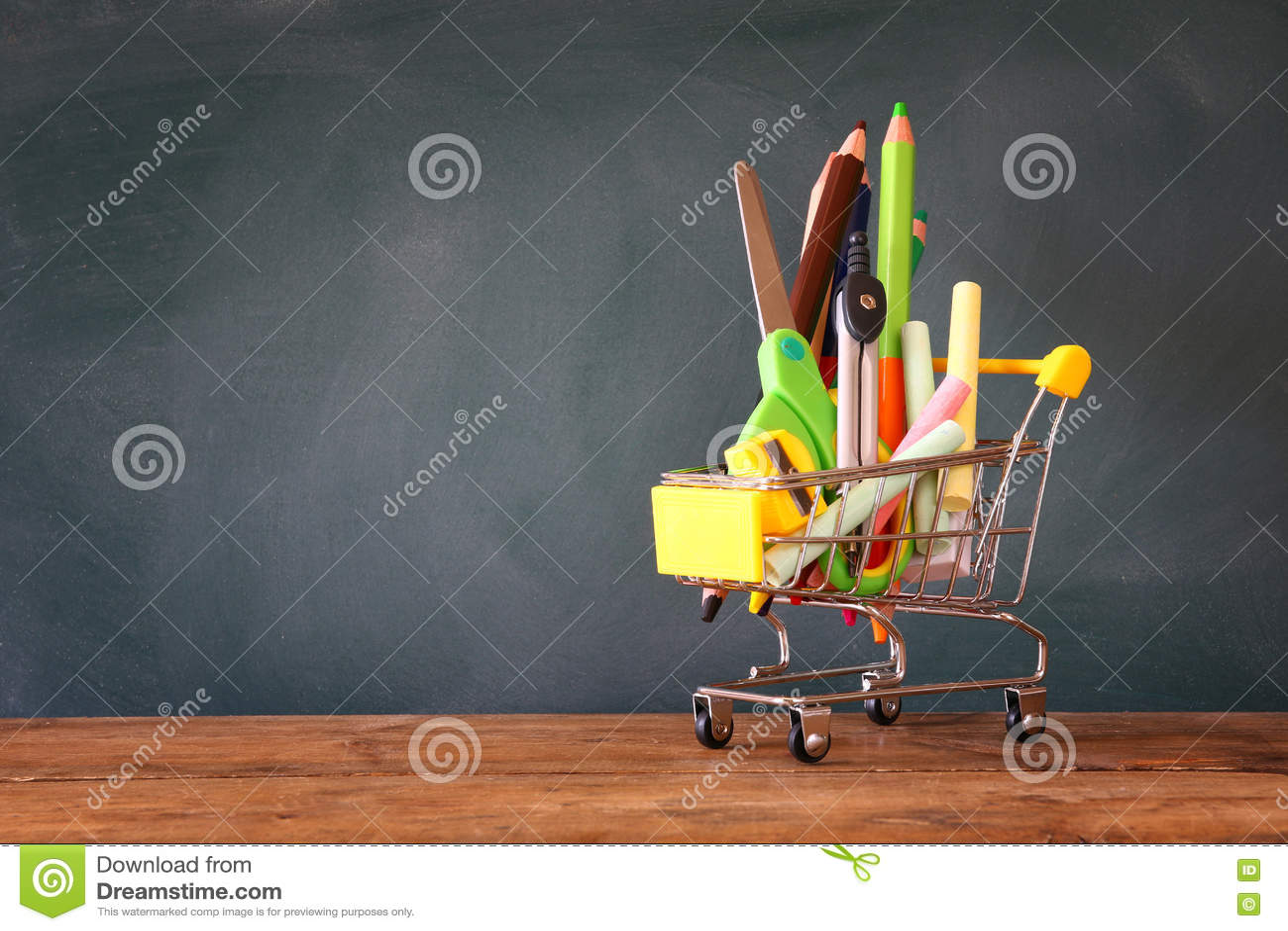 Carrinho de compras com fonte de escola na frente do quadro-negro