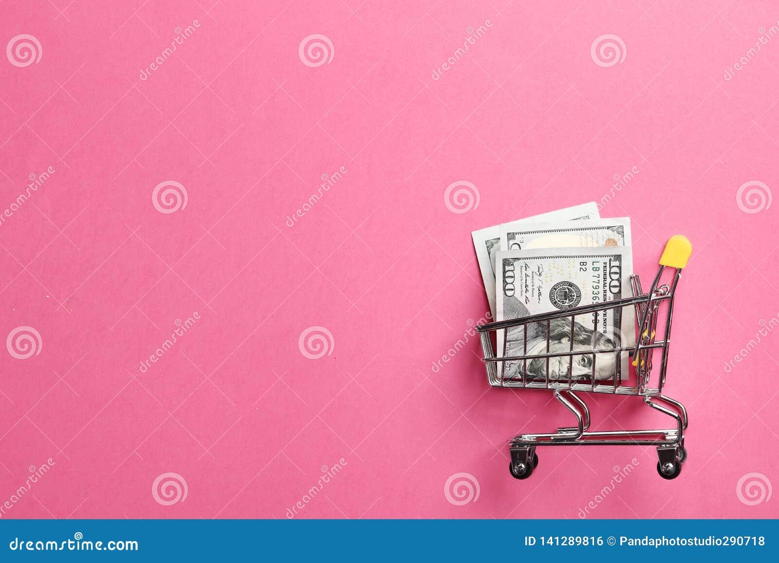 Carrinho de compras em um fundo cor-de-rosa