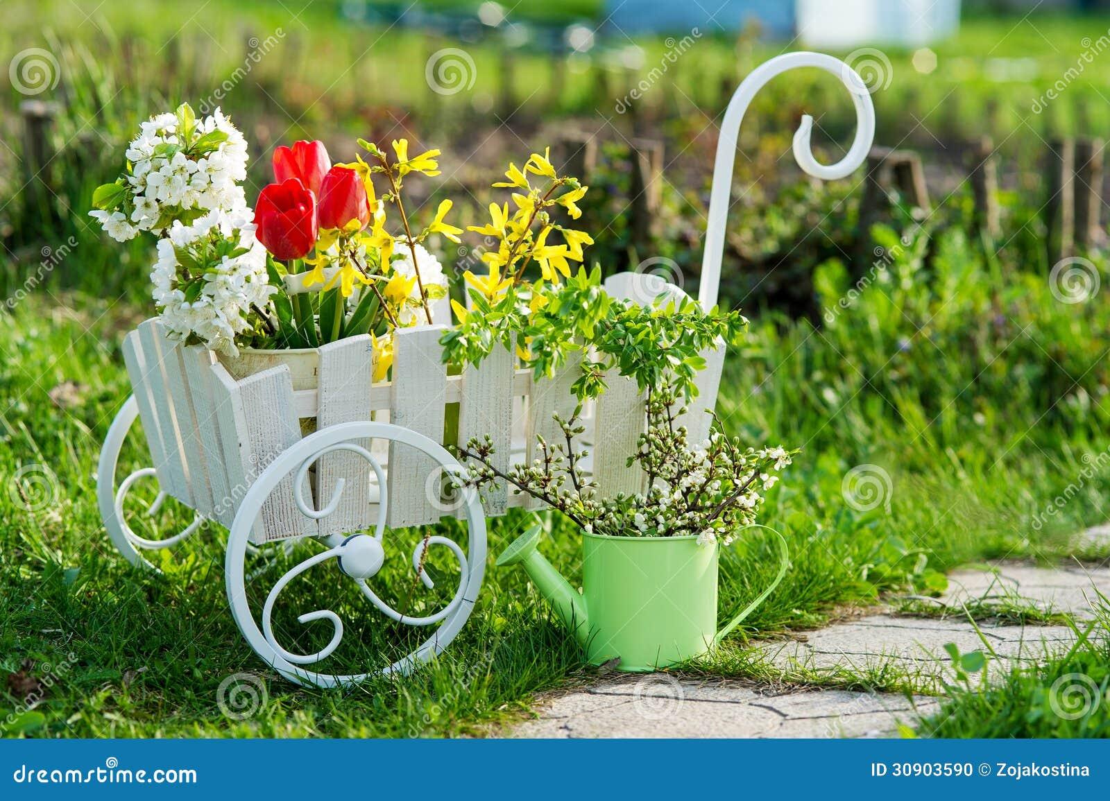 Carriola con i fiori nel giardino fotografia stock - Fiori di giardino ...