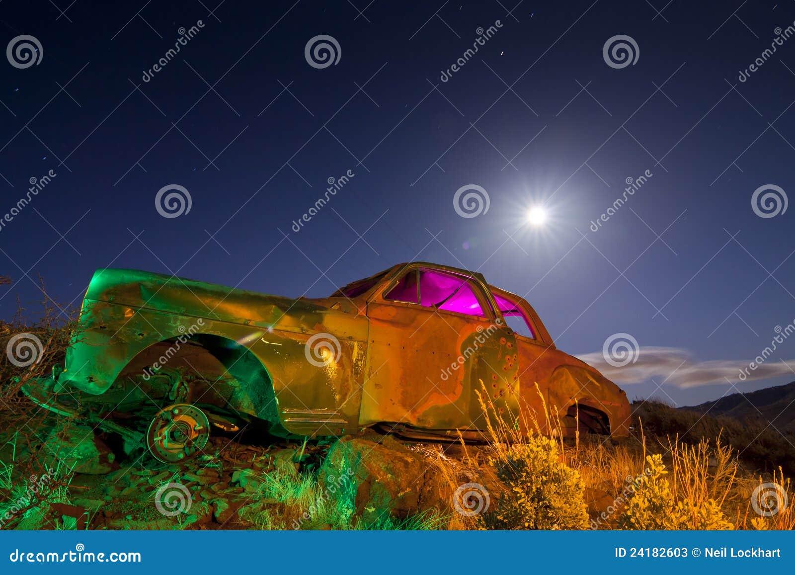 Carro abandonado colorido
