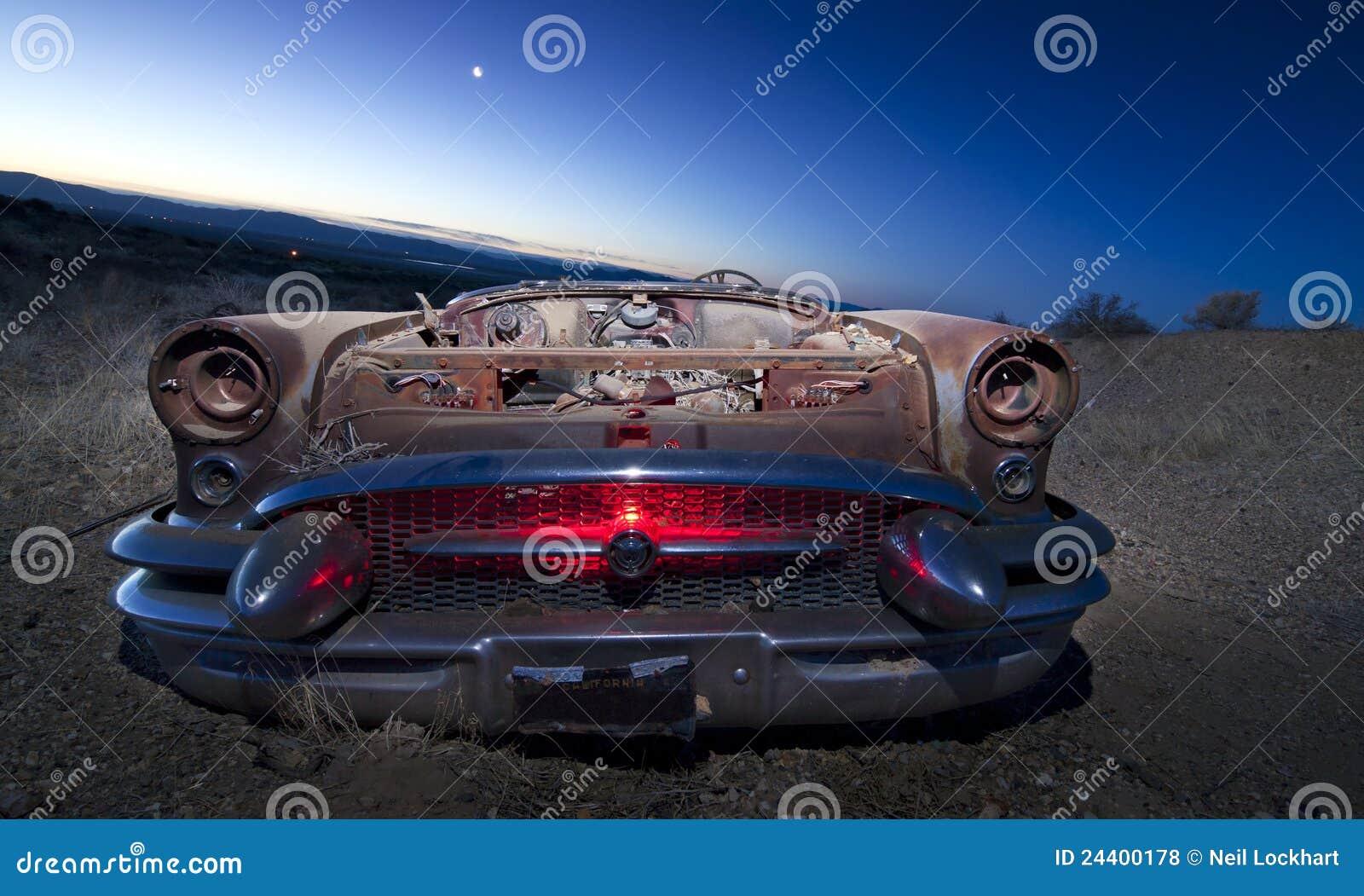Carro abandonado colorido da sucata