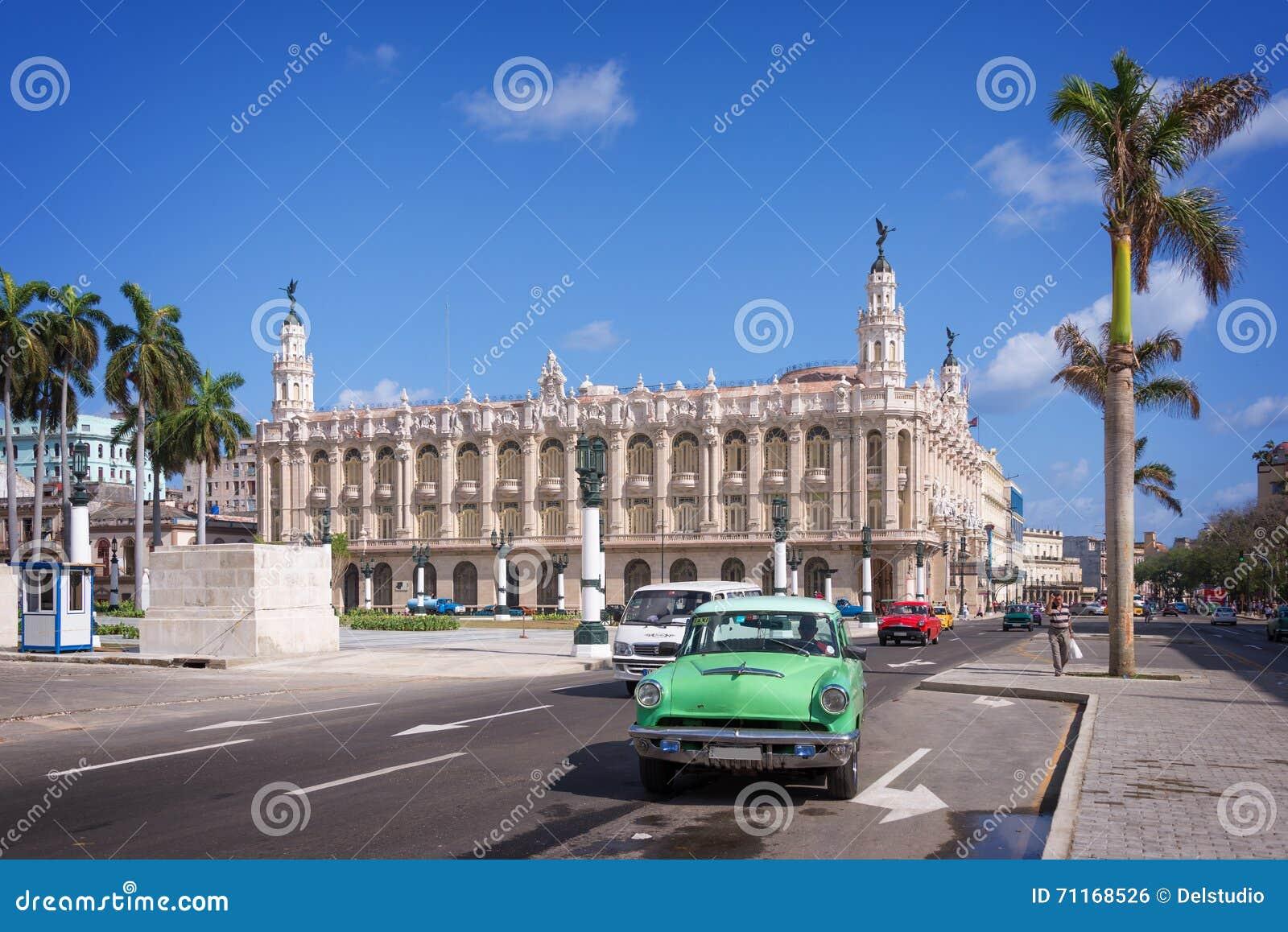Carro americano clássico em Paseo del Prado, la Havana do de do theatro de Gran no fundo