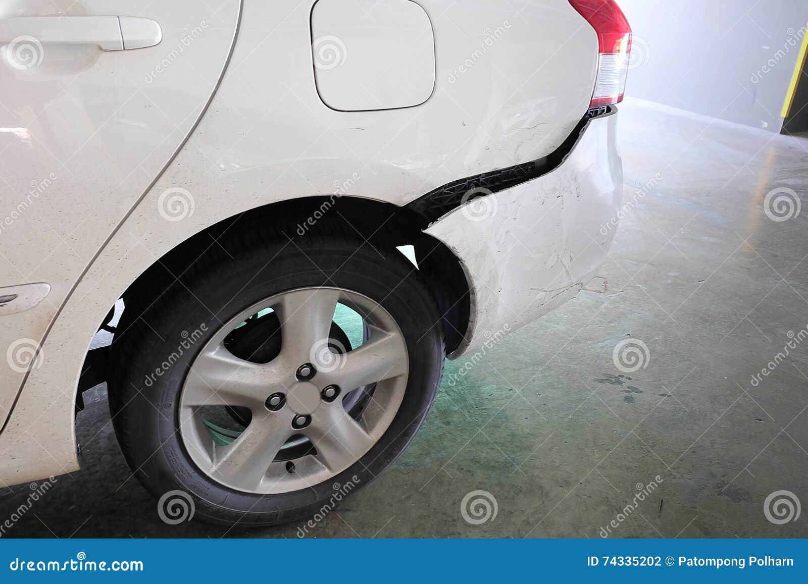 Carro amolgado após o acidente