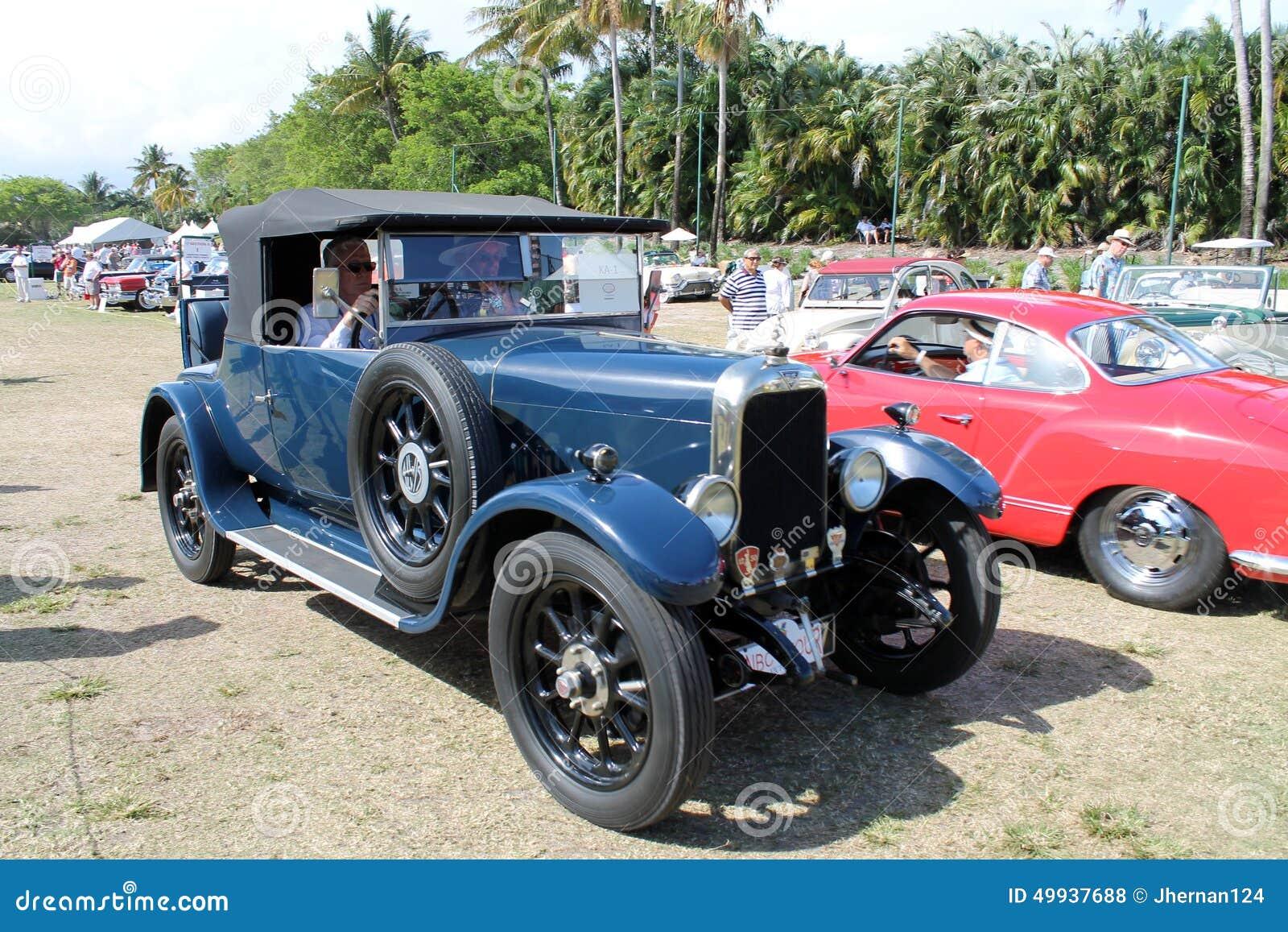 Carro antigo velho conduzido