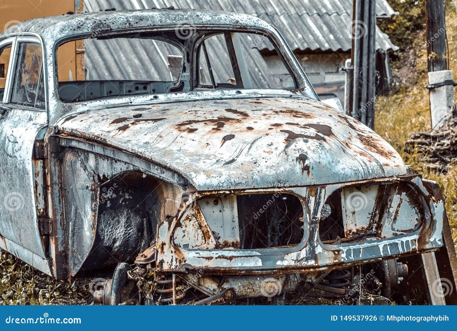 Carro arruinado velho