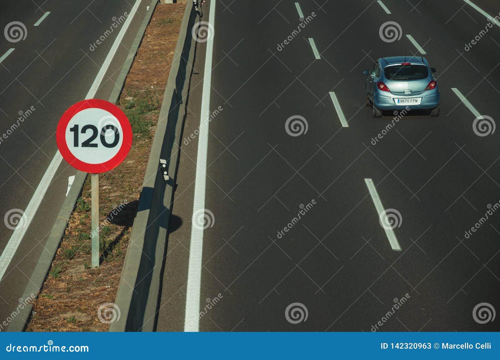 Carro azul só na estrada e no letreiro do LIMITE de VELOCIDADE no Madri