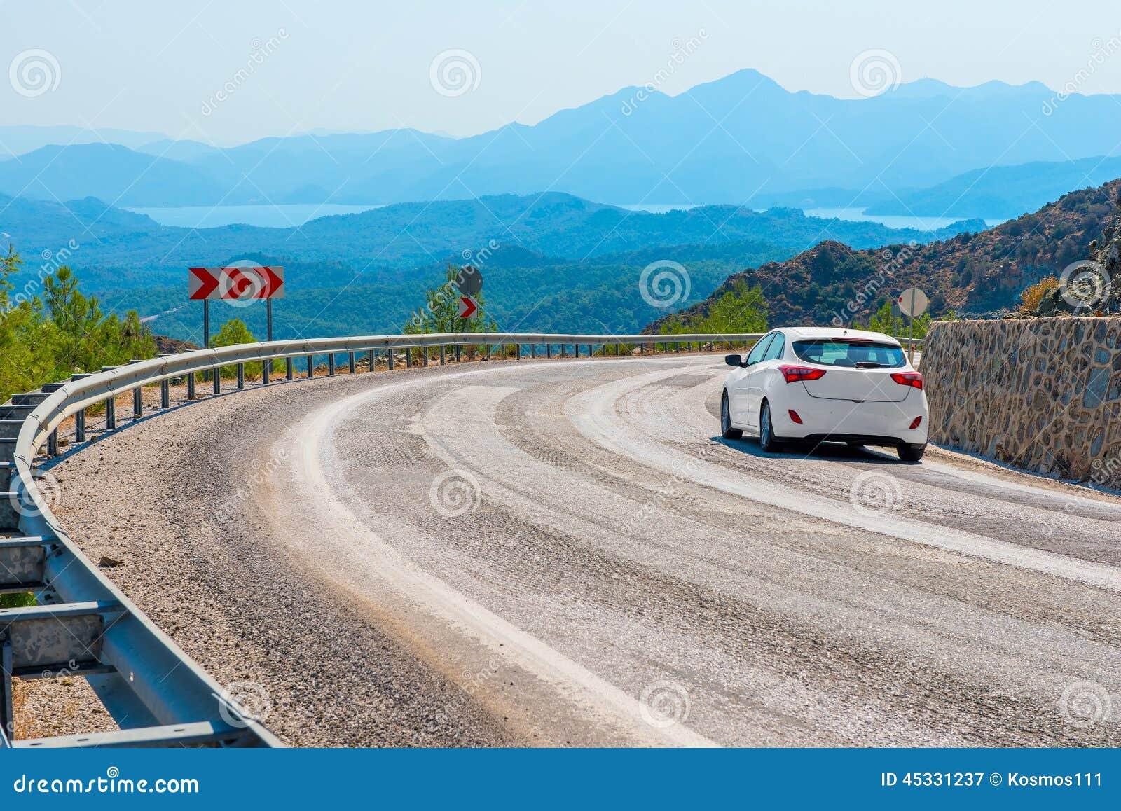 Carro branco por sua vez uma estrada