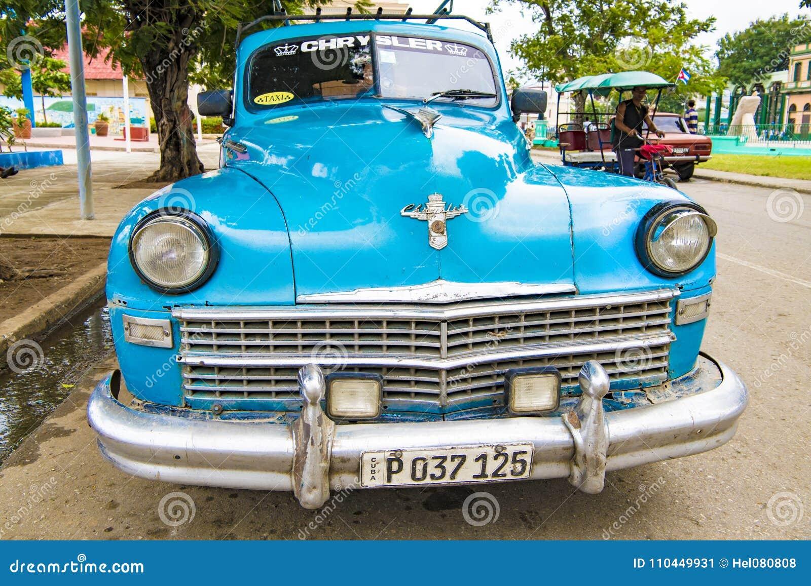 Carro clássico americano azul de Chrysler, Santiago de Cuba