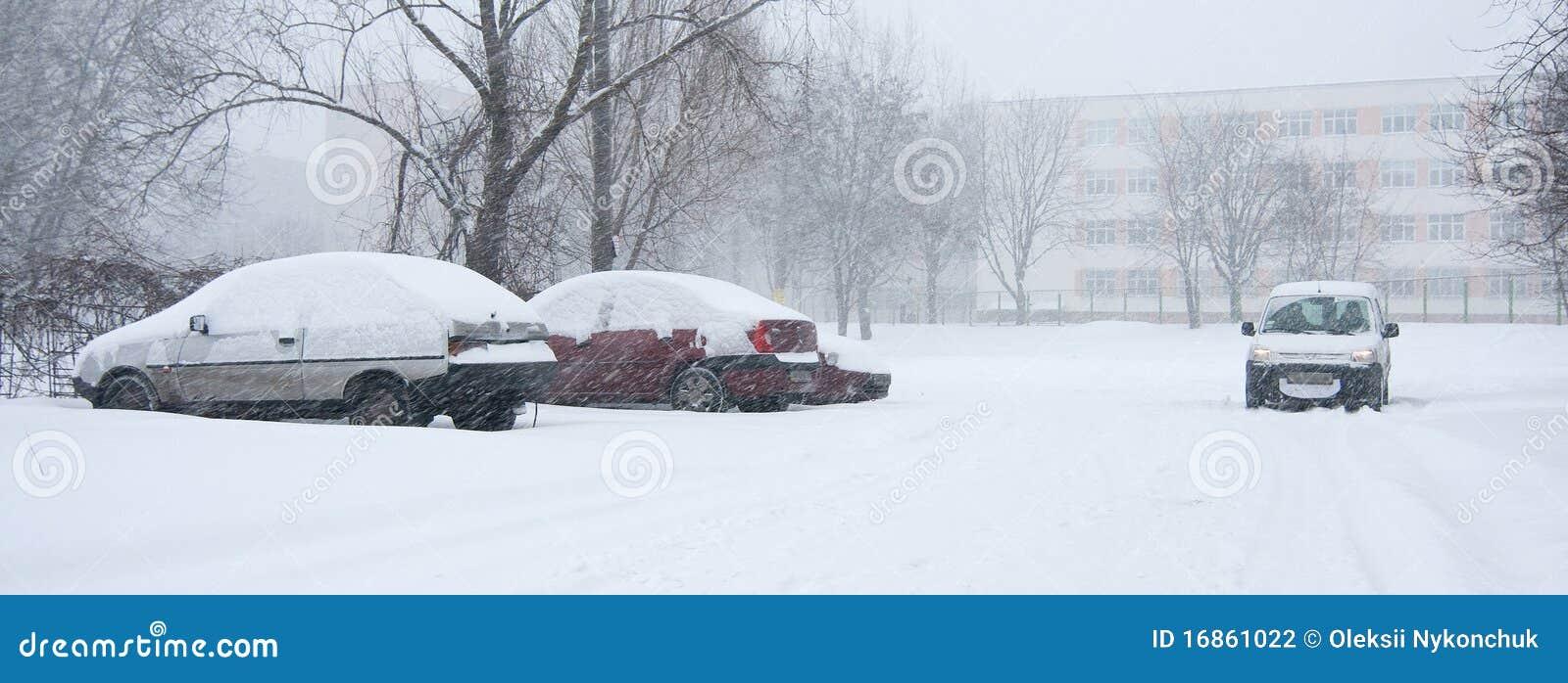 Carro coberto na neve