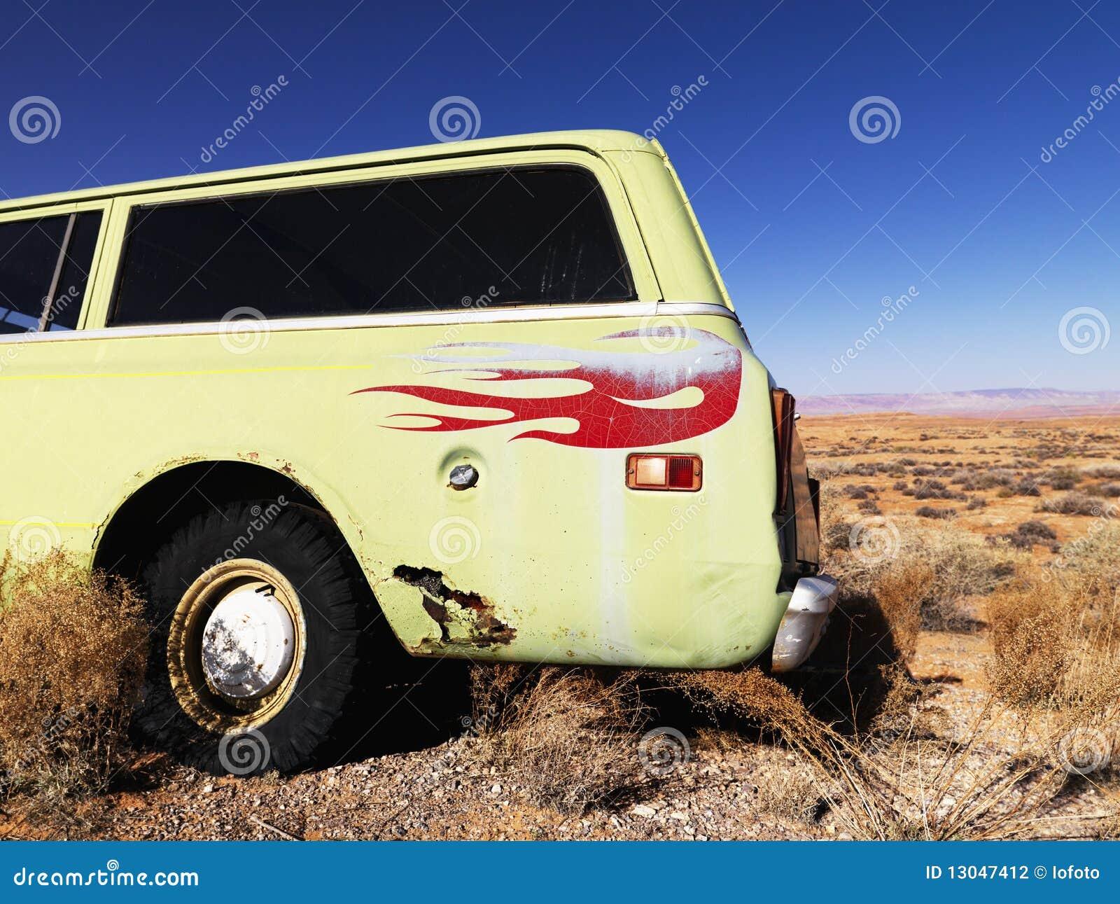 Carro com as flamas estacionadas no deserto