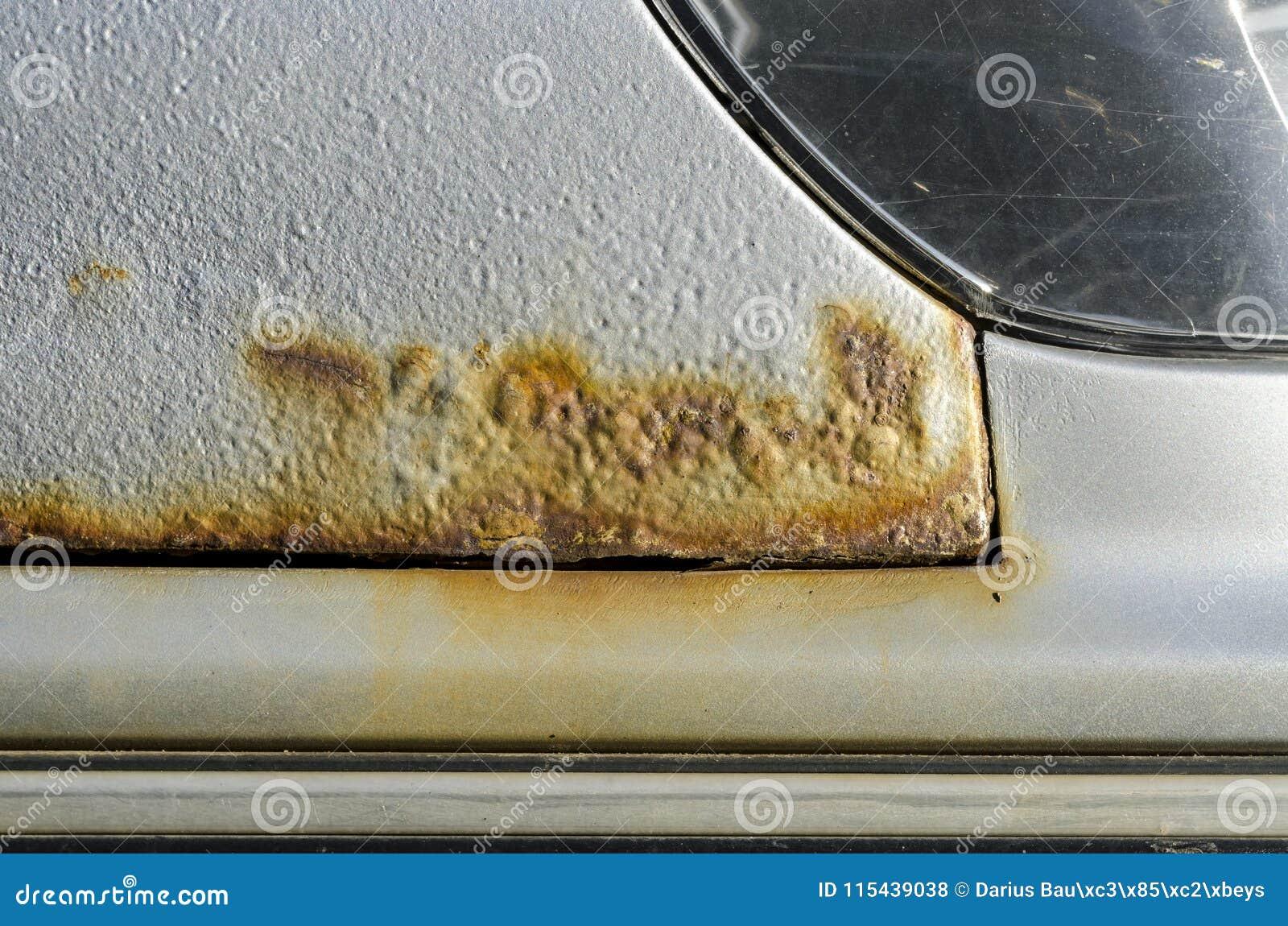 Carro com oxidação e corrosão