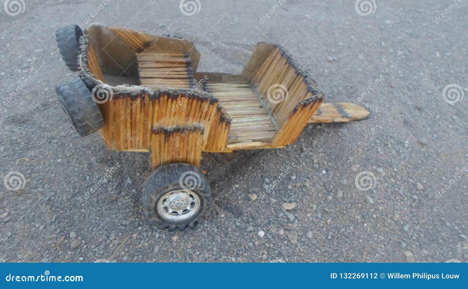 Carro Construido Con Los Palillos De Los Partidos Y Las Ruedas De