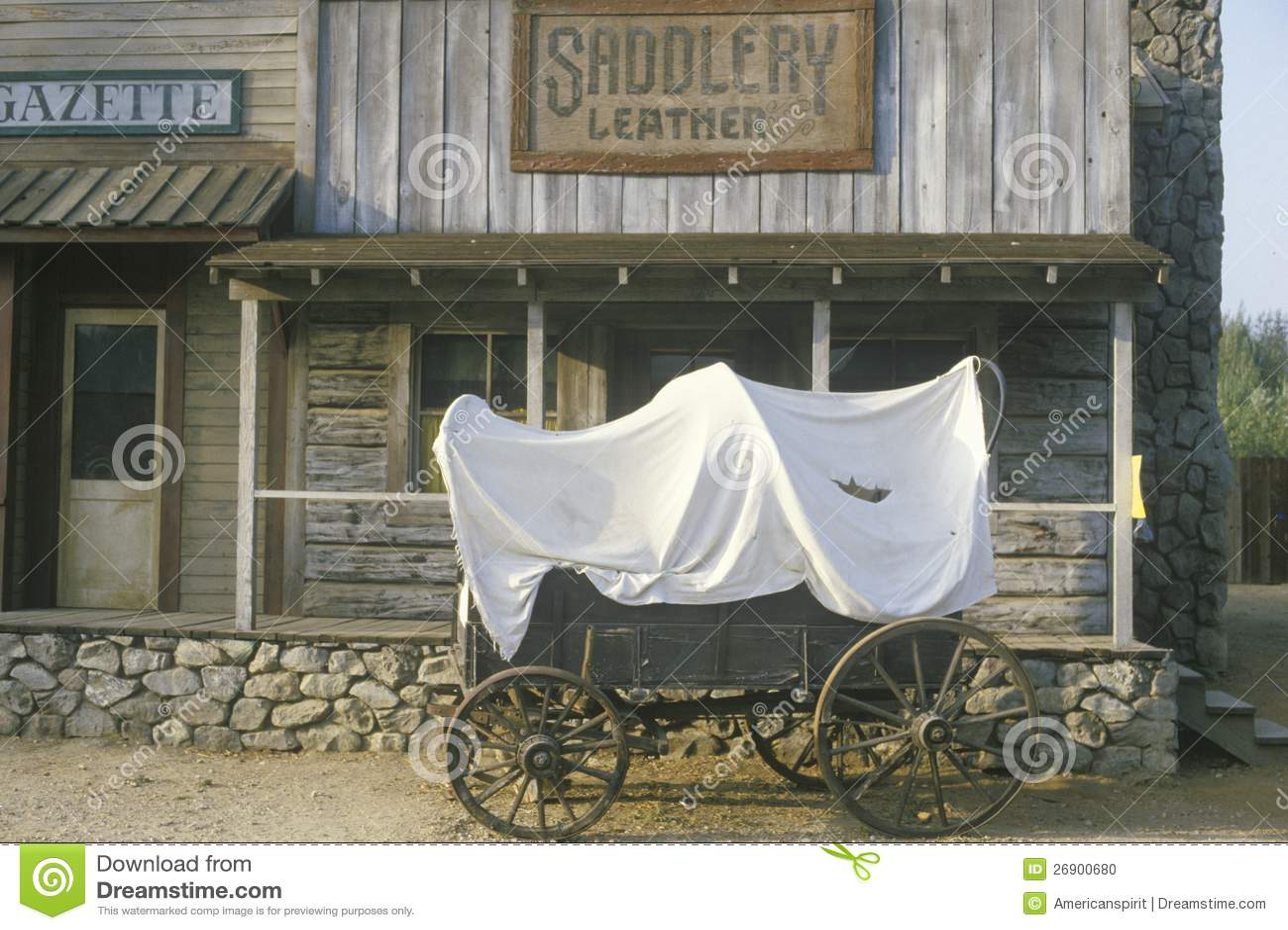 Carro cubierto delante del almacén de la talabartería