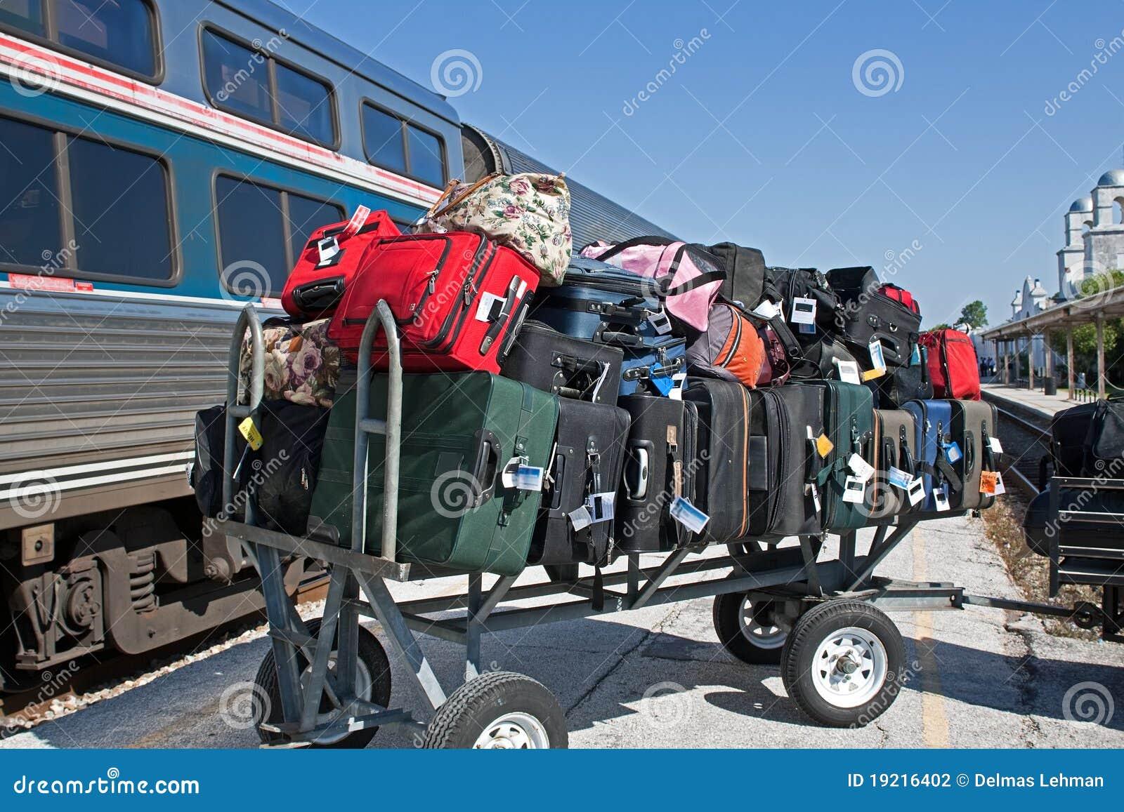 Carro da bagagem no estação de caminhos-de-ferro
