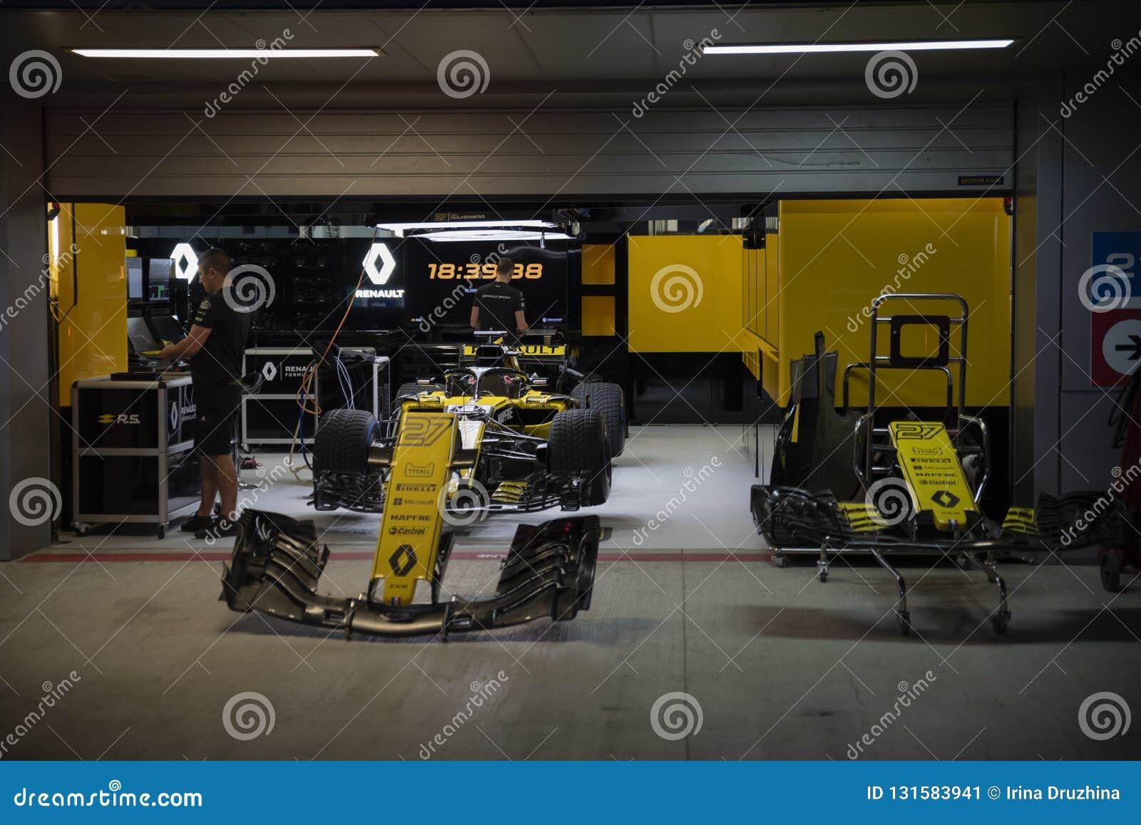 Carro da equipe de Renault em umas caixas