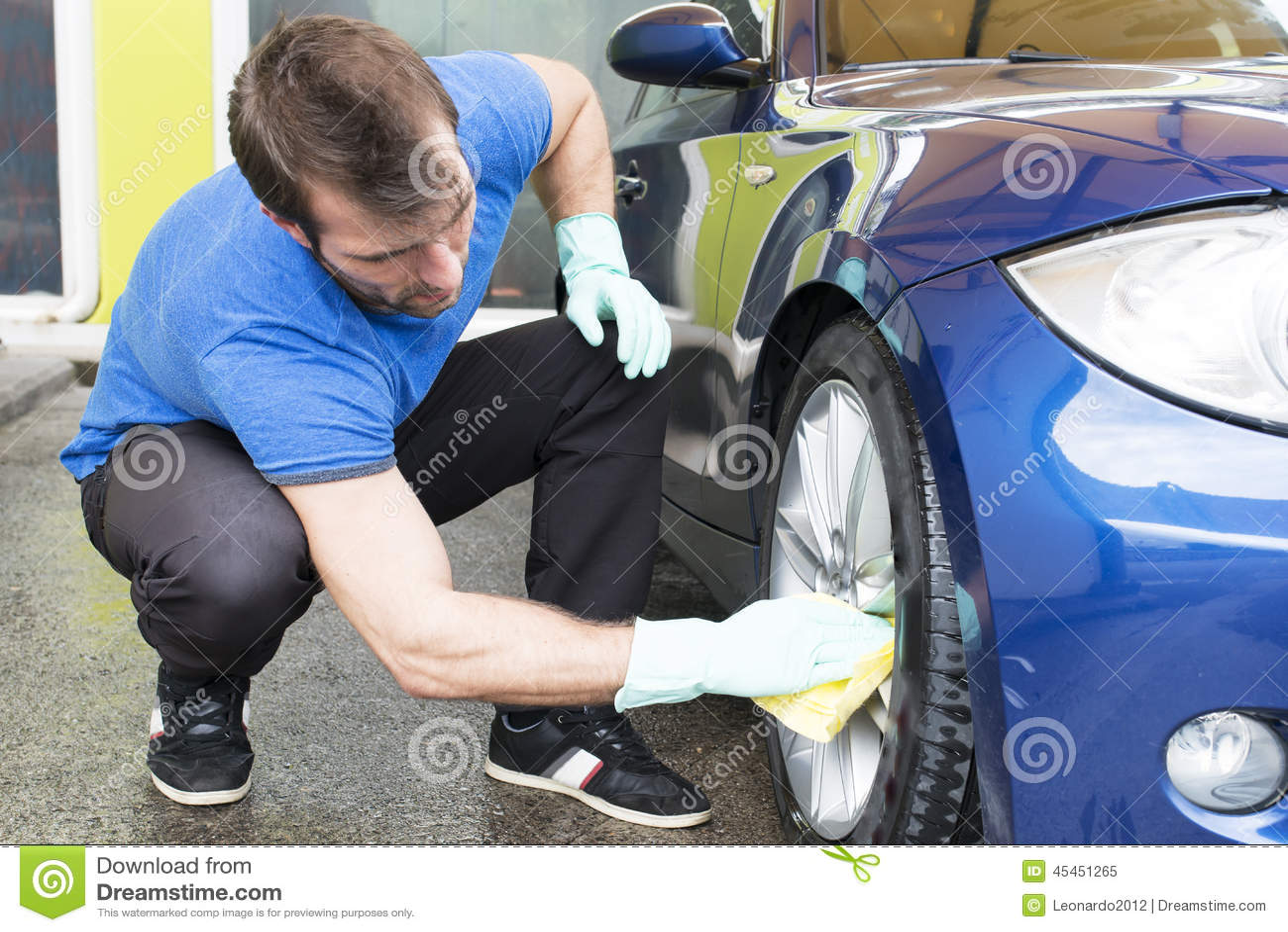 Carro da limpeza do homem com parasita