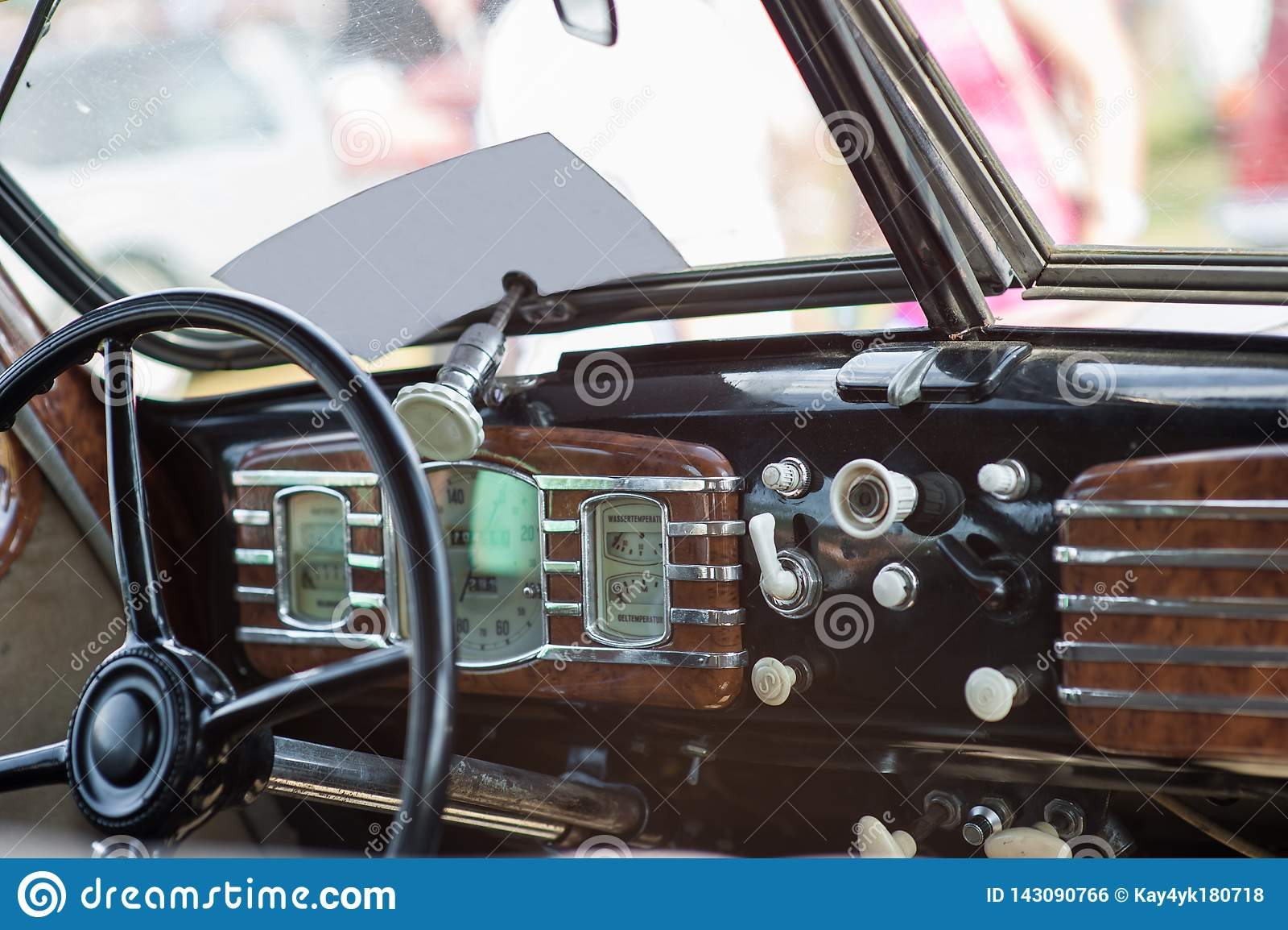 Carro da roda dos mediados do s?culo XIX tiro Interior do carro velho com r?dio e chaves de controle Interior dentro da m?quina s