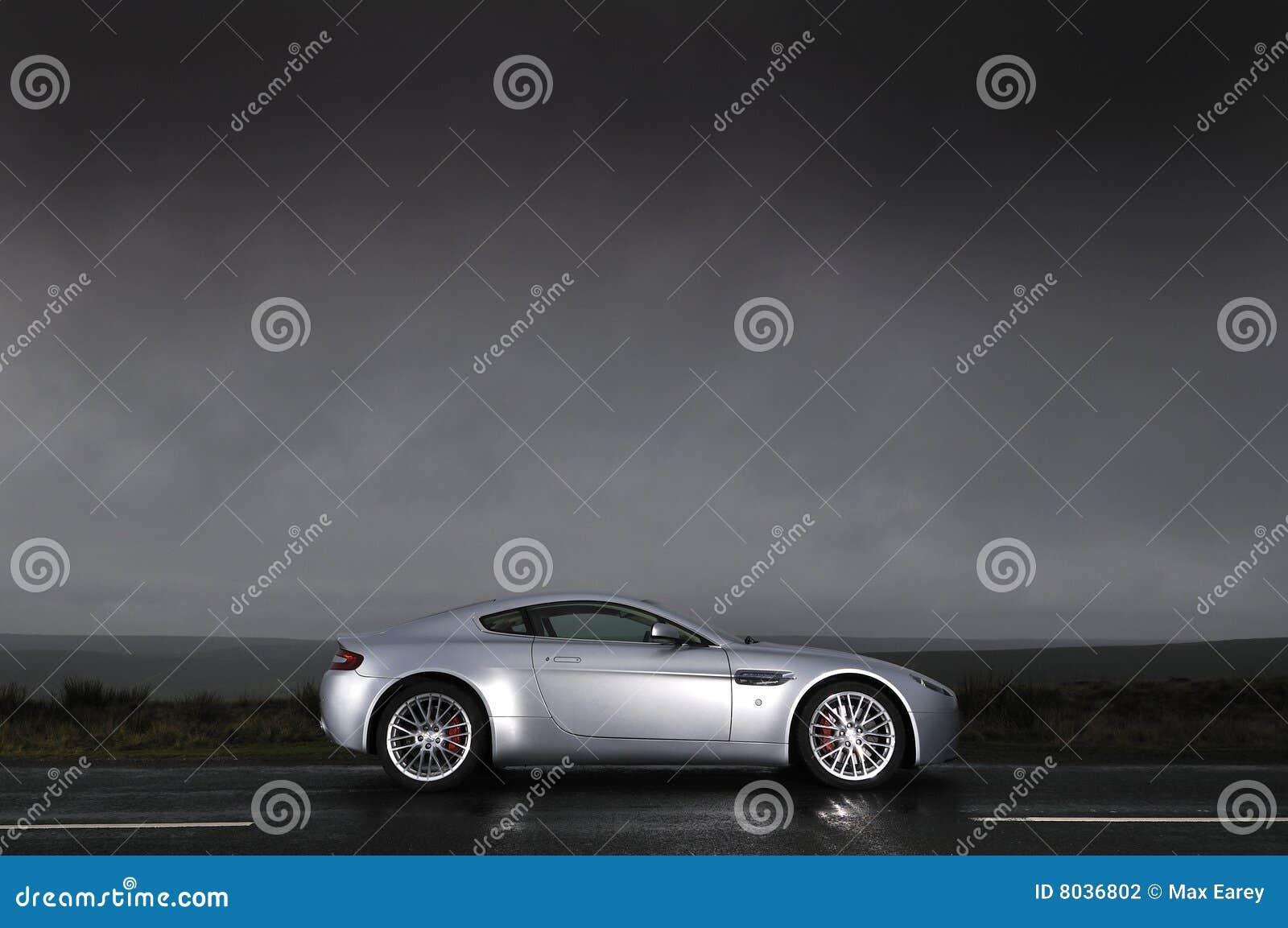 Carro de esportes sob o céu tormentoso