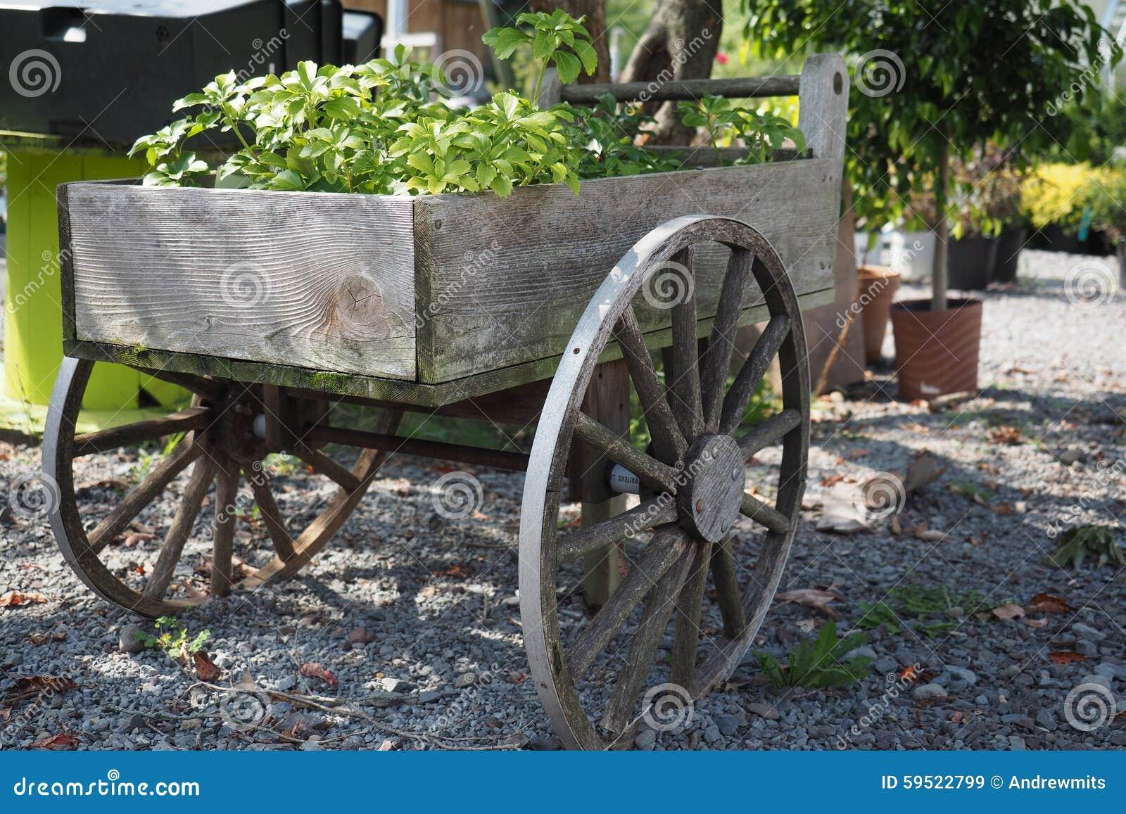 Carro de jard n del vintage foto de archivo imagen 59522799 for Carros de madera para jardin