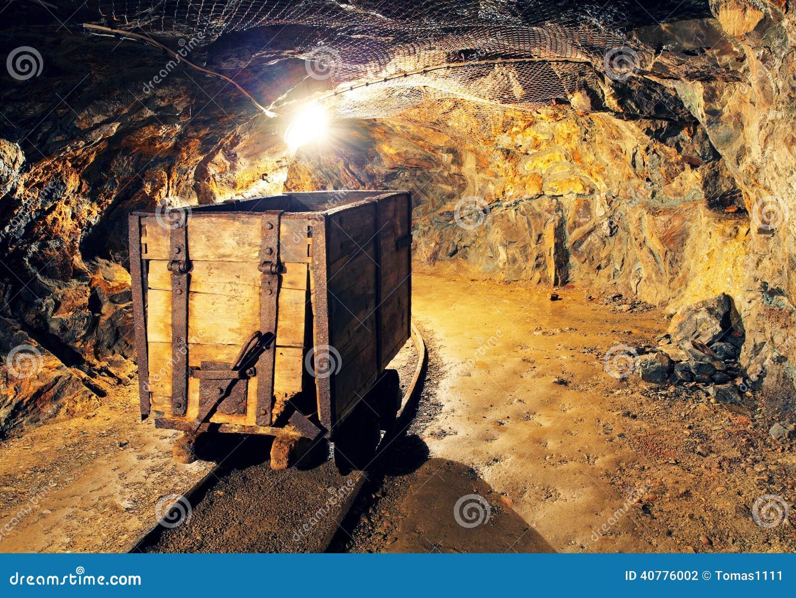 Carro de la explotación minera en la plata, oro, mina de cobre
