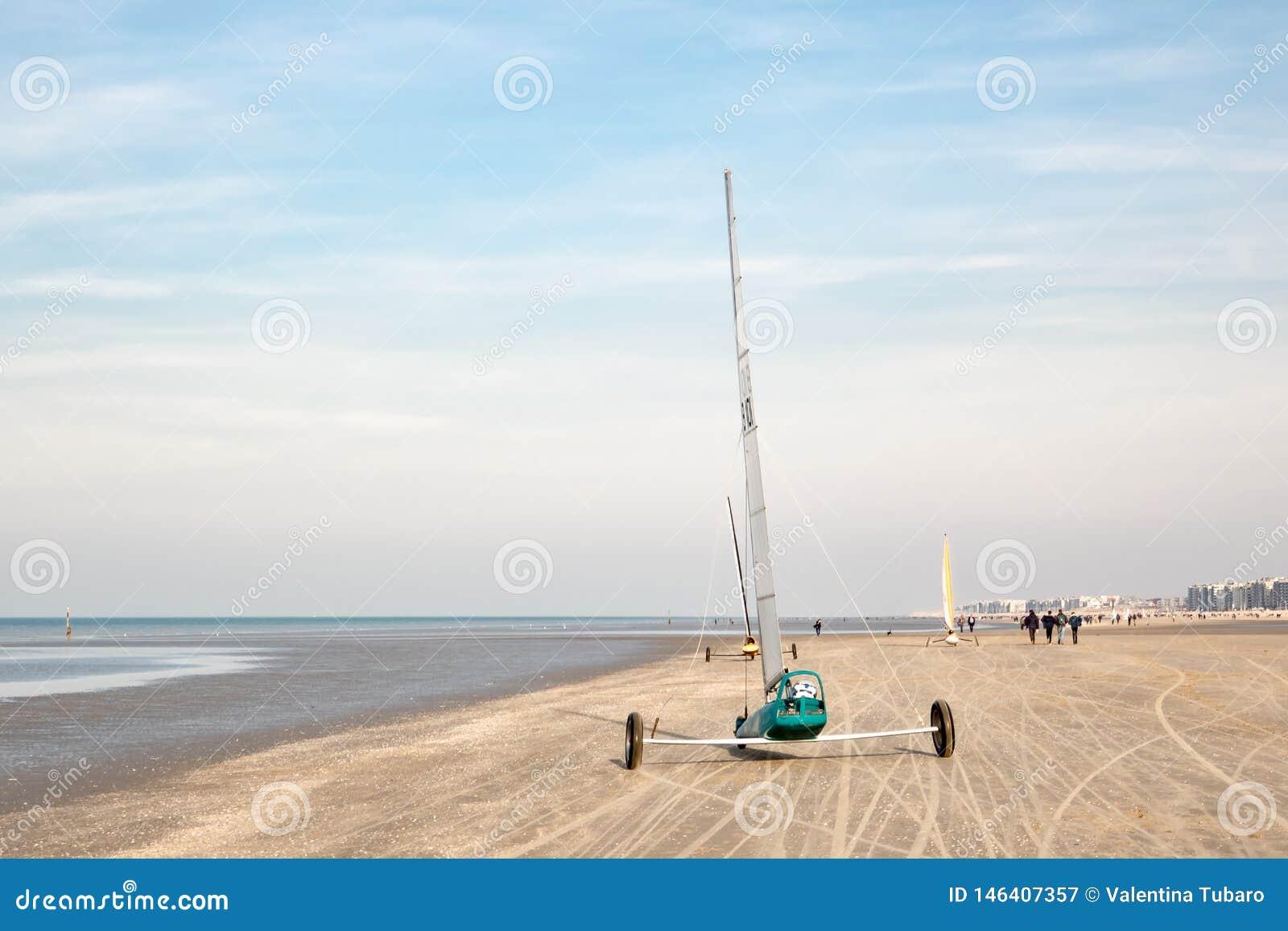 Carro de la vela en una playa de Mar del Norte