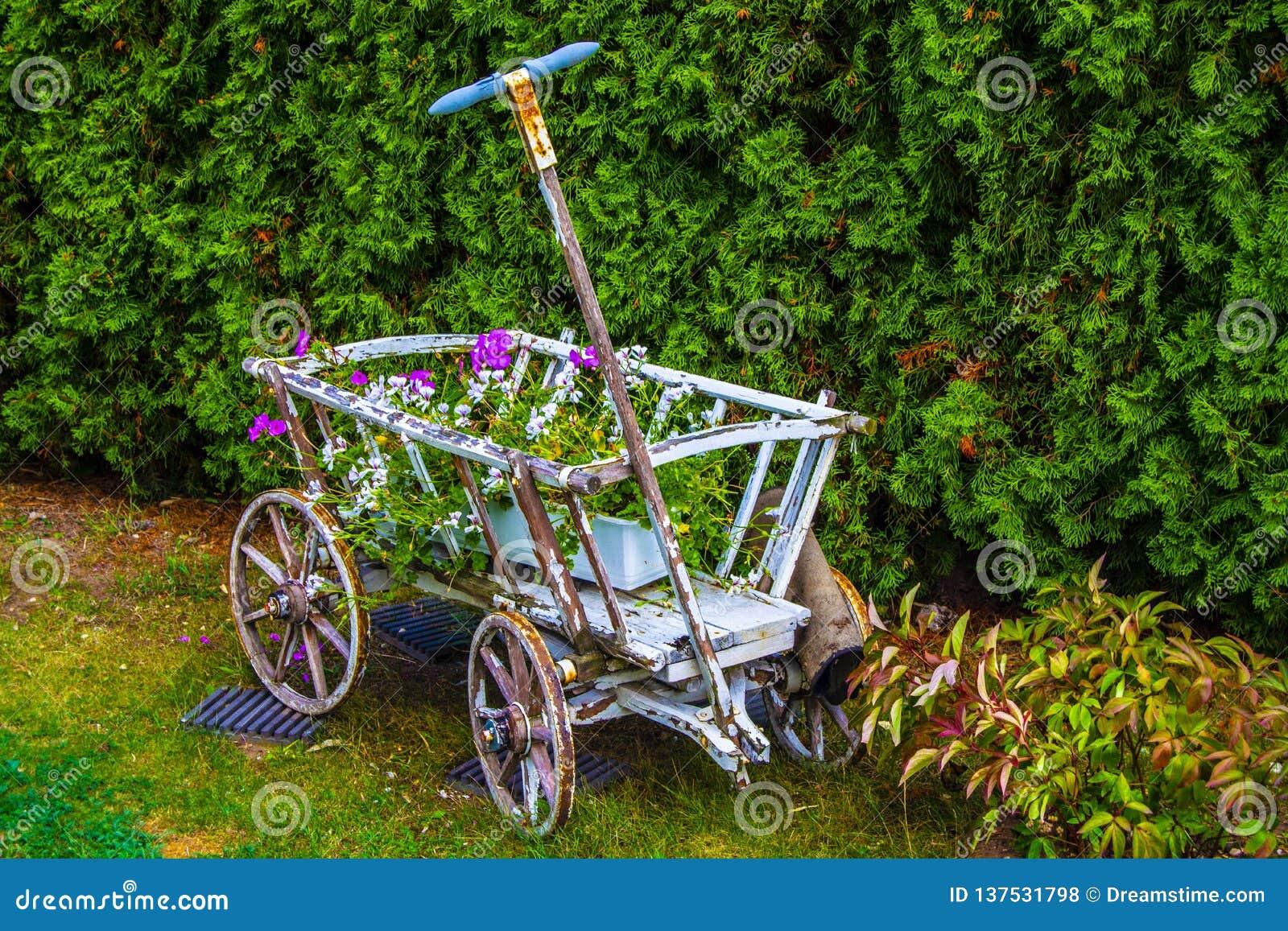 Carro de madeira com flores