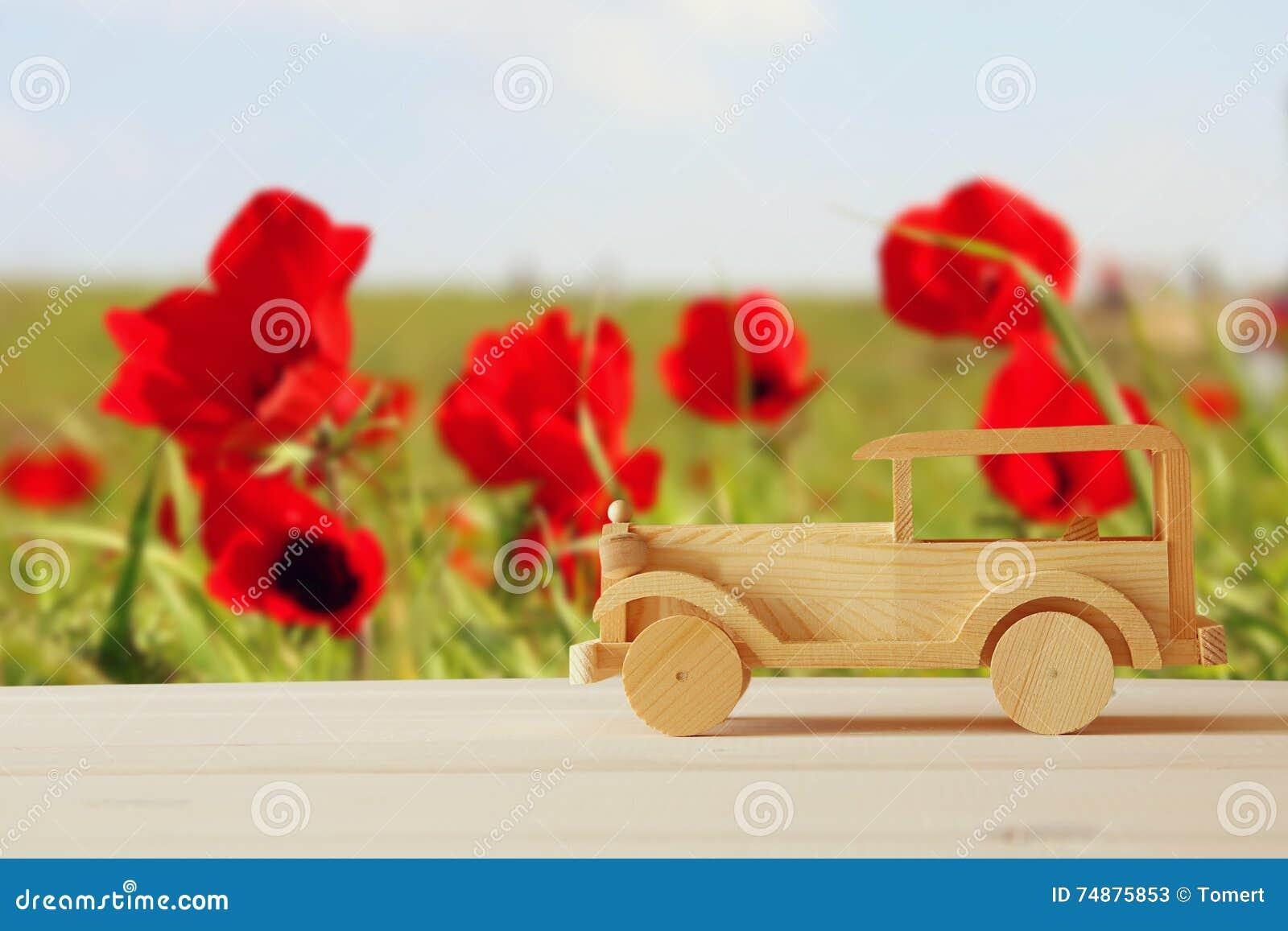 Carro de madeira do brinquedo do vintage sobre a tabela de madeira
