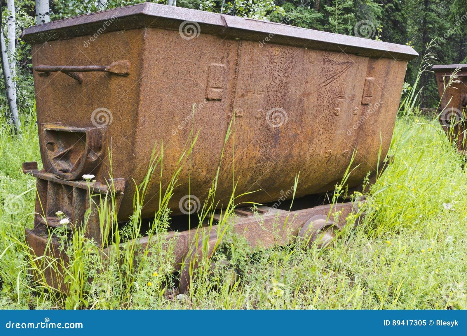 Carro de mina oxidado de carvão