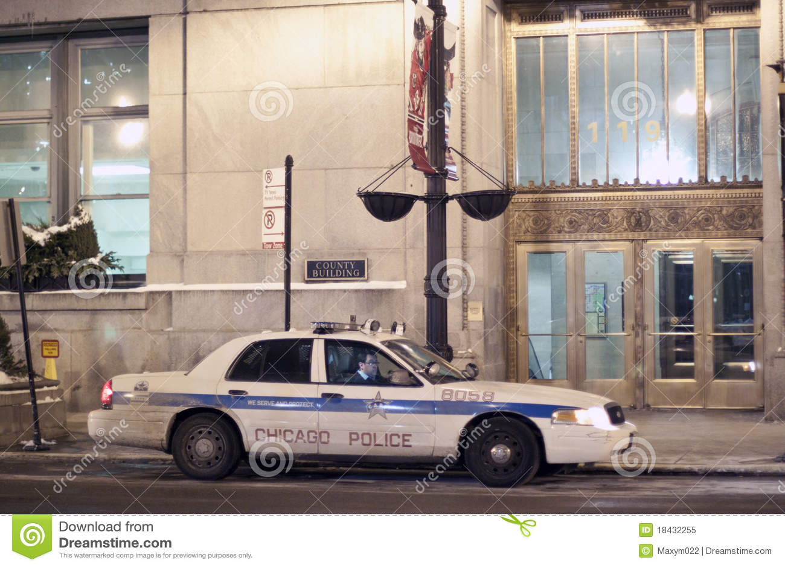 Carro de polícia de Chicago em Chicago da baixa na noite
