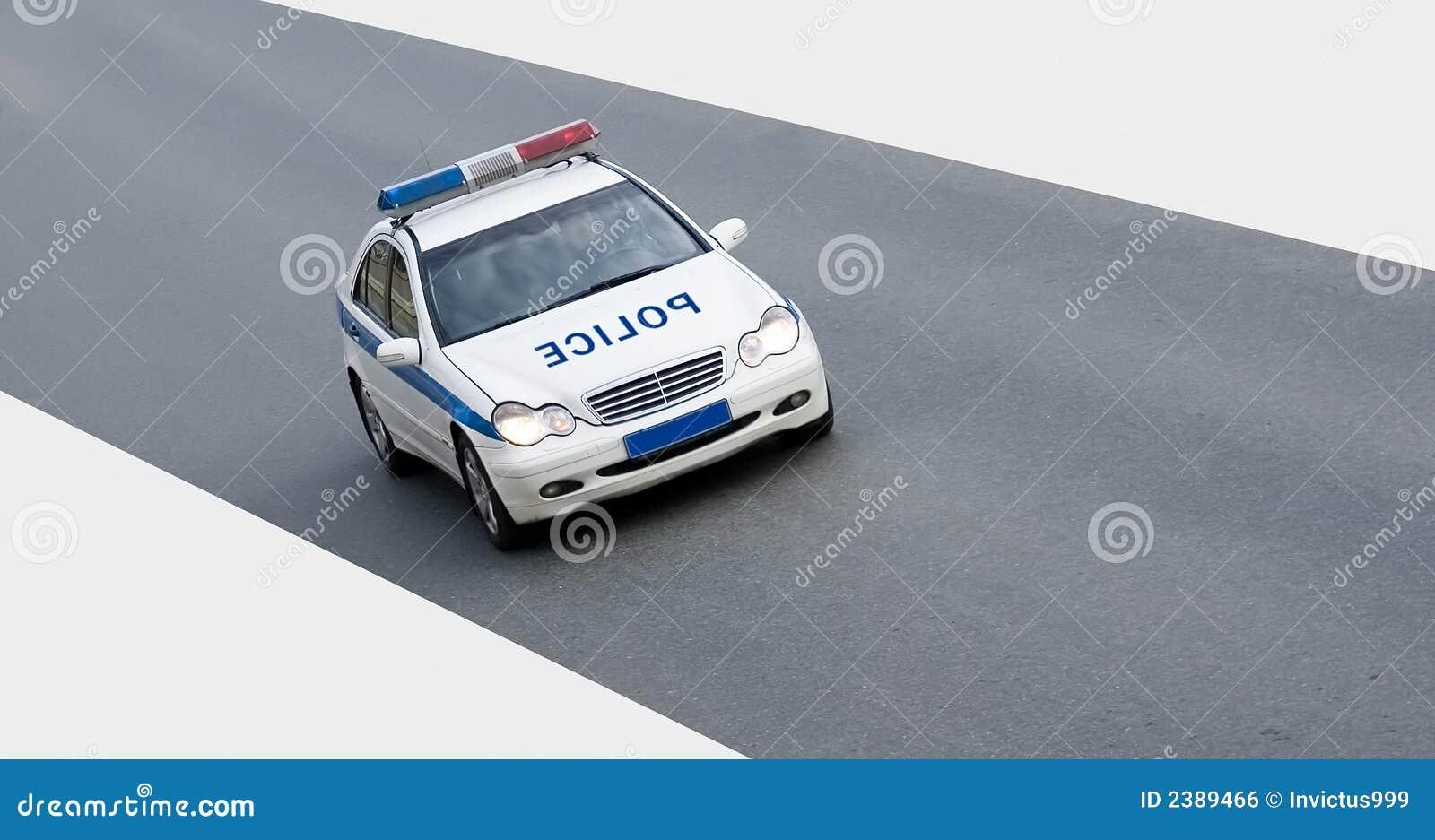 Carro de polícia isolado na estrada