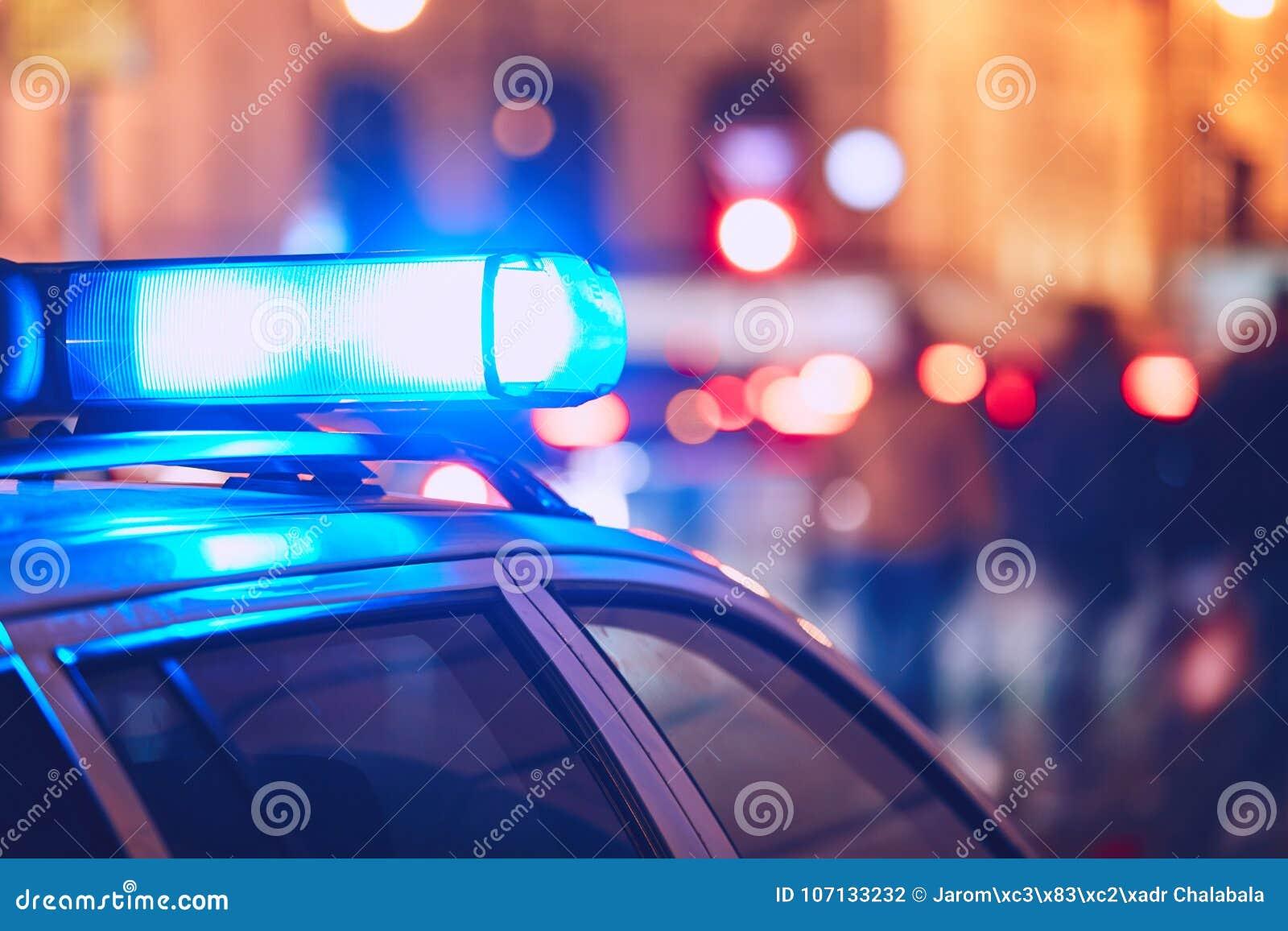 Carro de polícia na rua